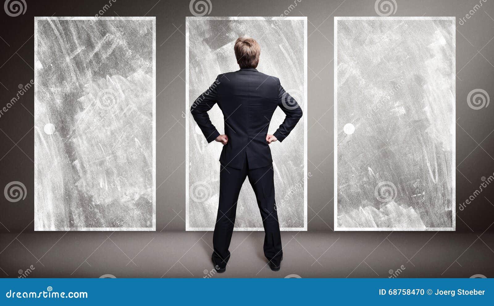 Geschäftsmann, der vor 3 Türen steht