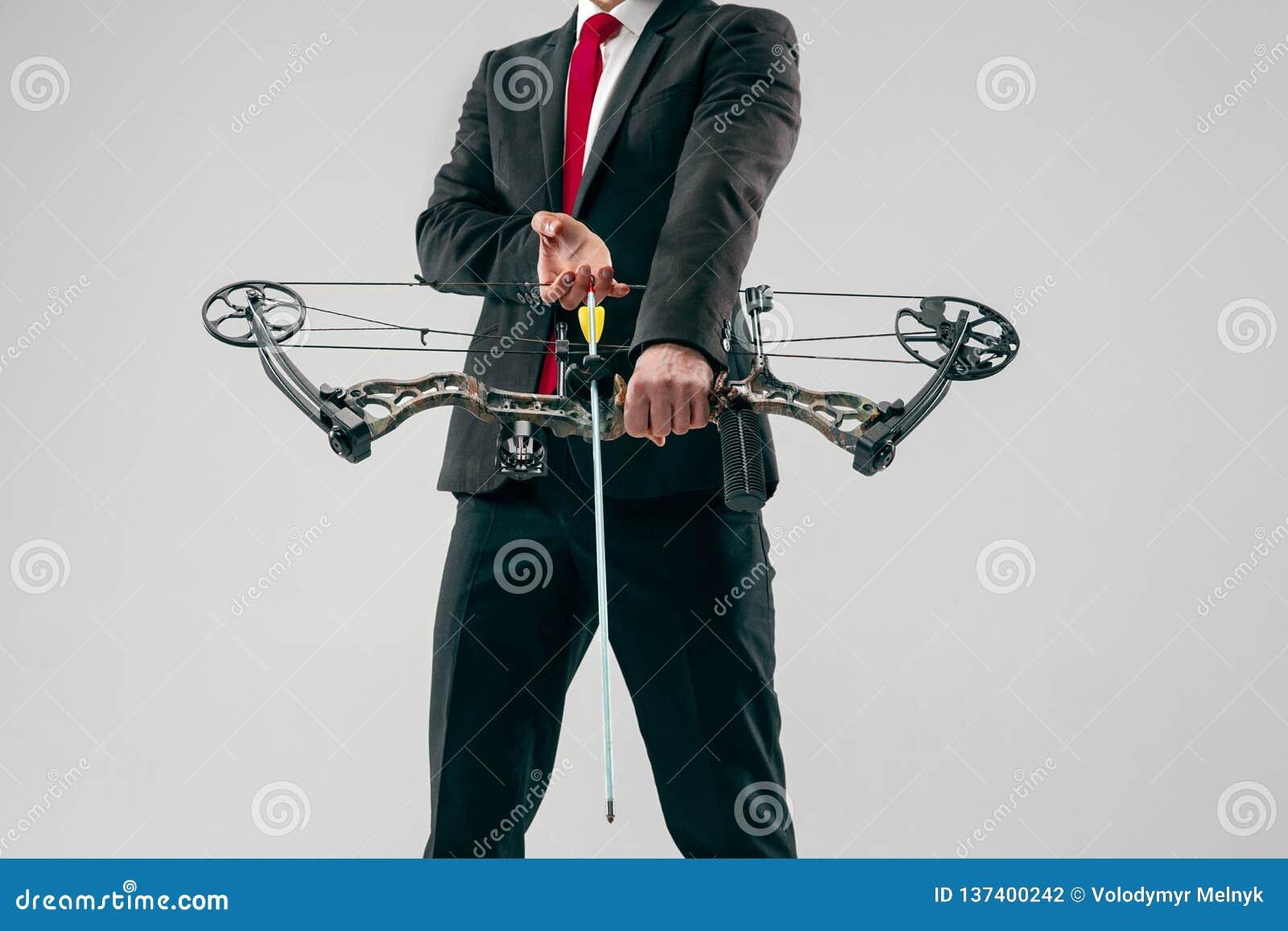 Geschäftsmann, der Ziel mit dem Pfeil und Bogen, lokalisiert auf weißem Hintergrund anstrebt