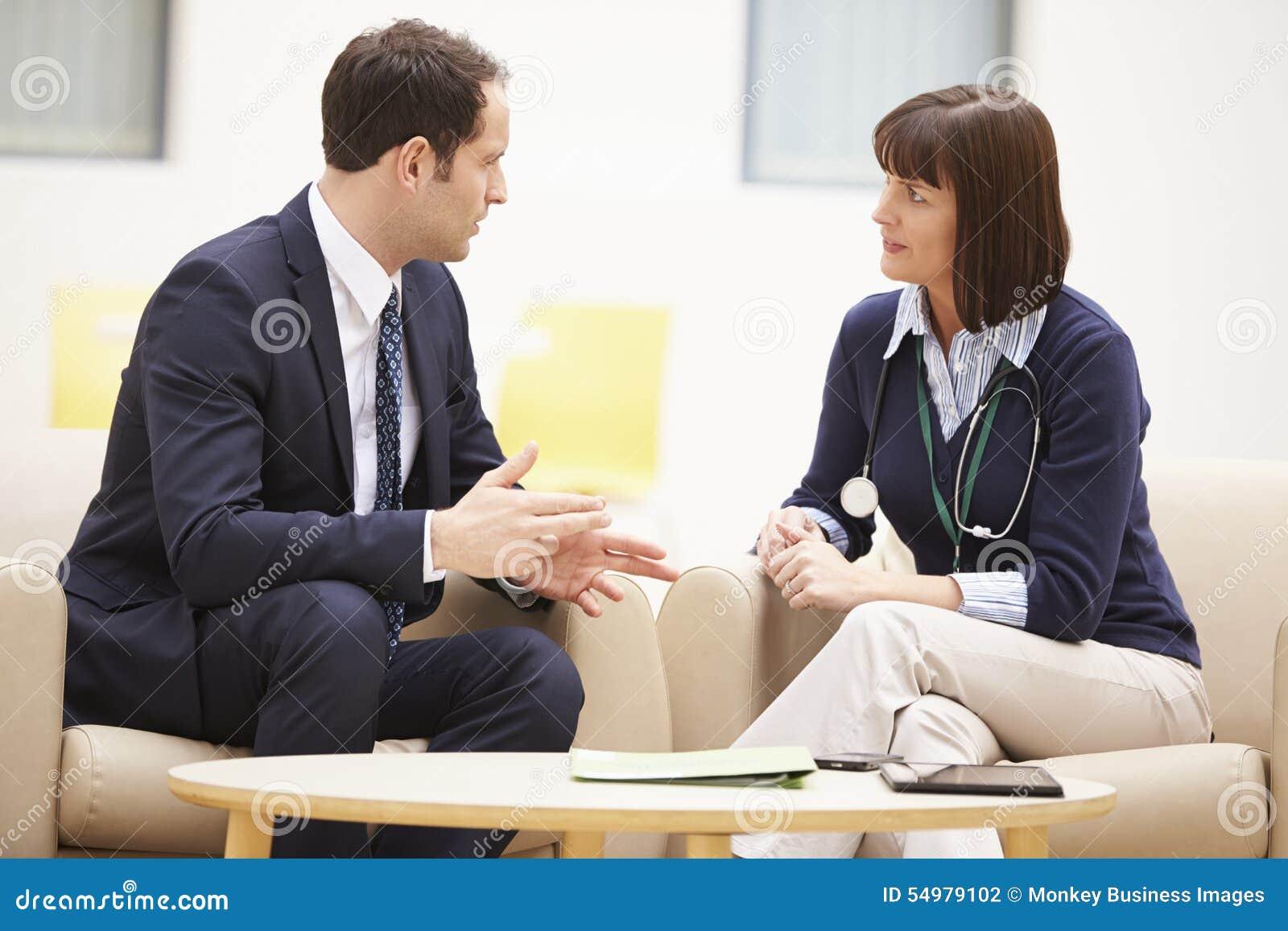 Geschäftsmann-Discussing Test Results-Ärztin