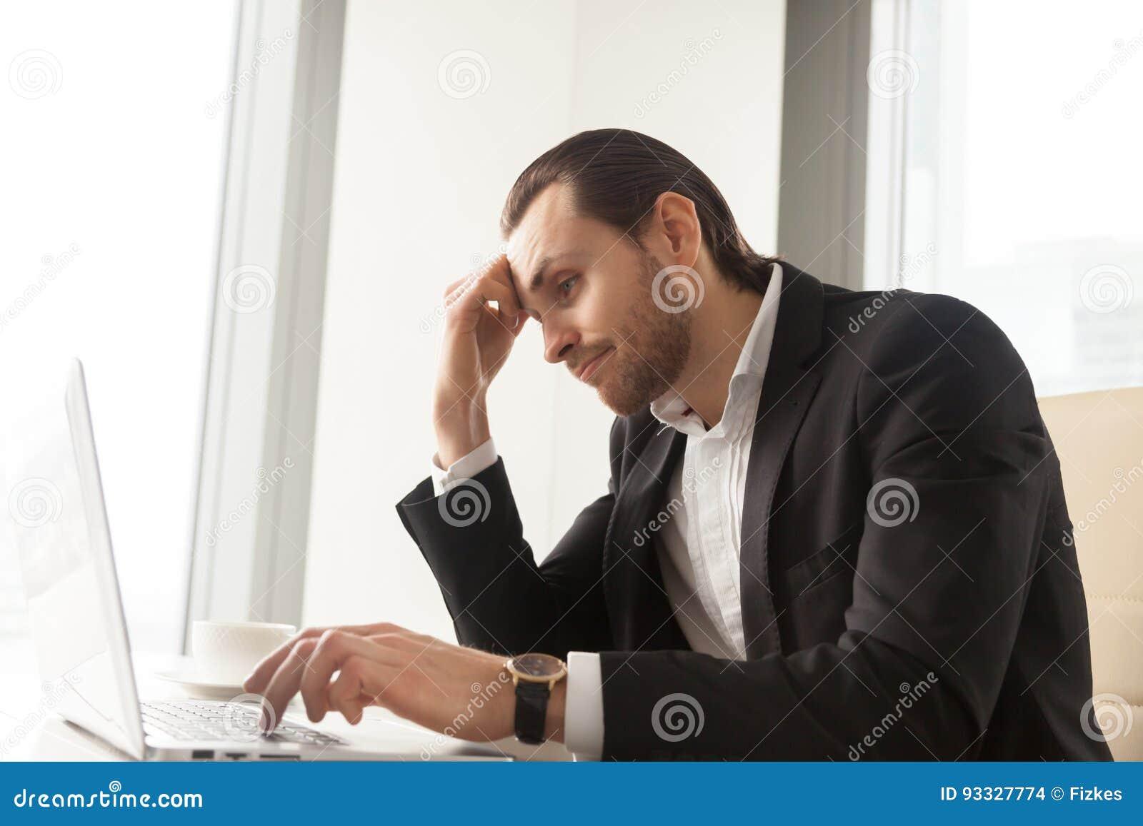 Geschäftsmann ermüdet von der Routinearbeit über Laptop