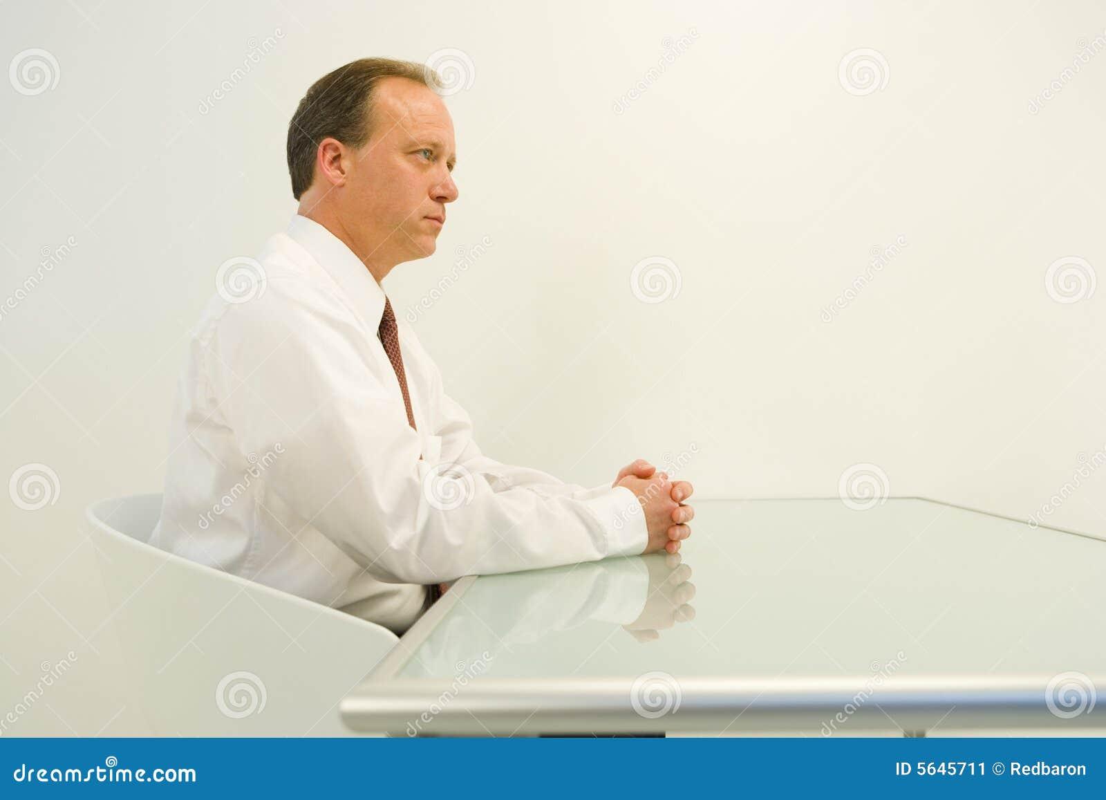 Geschäftsmann gesessen am Tisch
