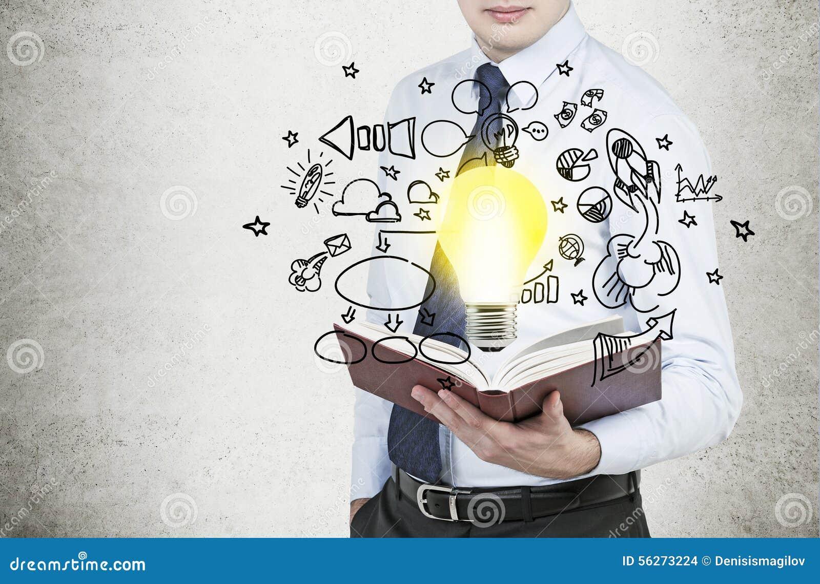 Geschäftsmann hält ein Buch mit Fliegen um Geschäftsikonen und eine Glühlampe als Konzept der neuen Geschäftsideen
