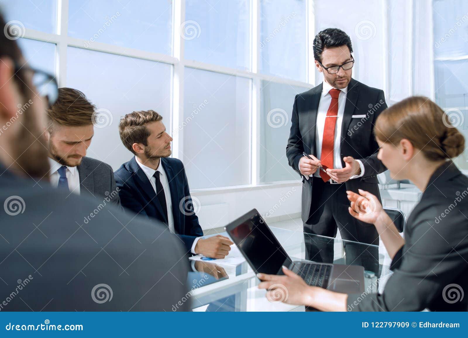 Geschäftsmann hält eine Anweisung mit dem Geschäftsteam