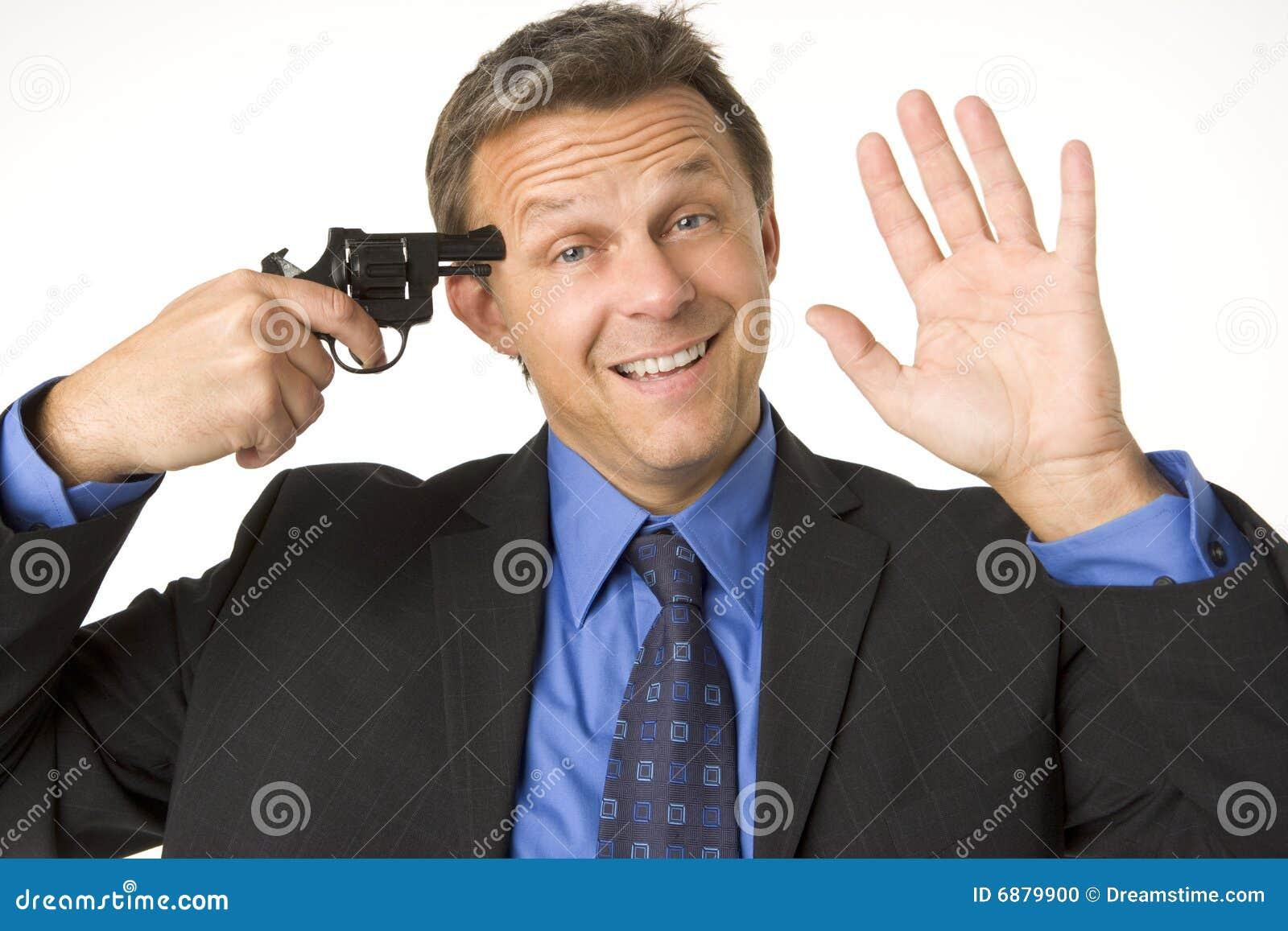 Geschäftsmann-Holding-Gewehr zu seinem Kopf beim Lächeln