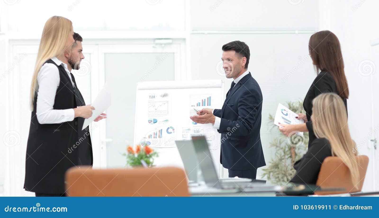 Geschäftsmann macht seinem Geschäftsteam eine Darstellung