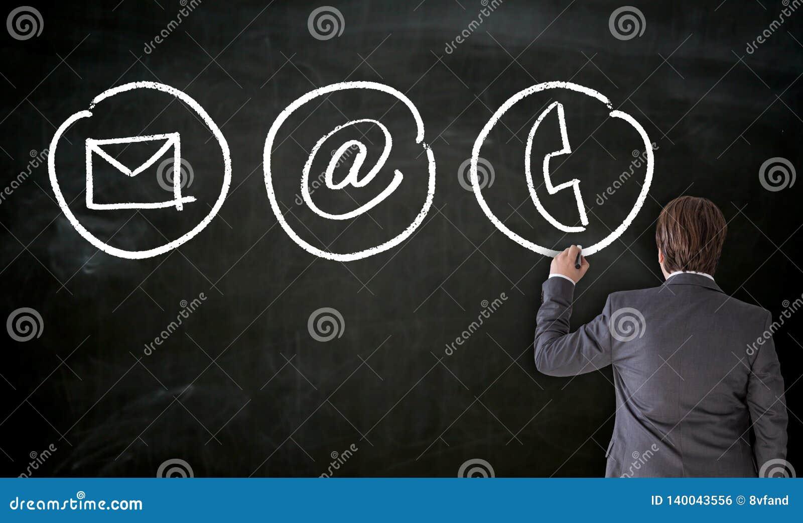 Geschäftsmann malt mit Kreidekontaktwahlen auf Tafel