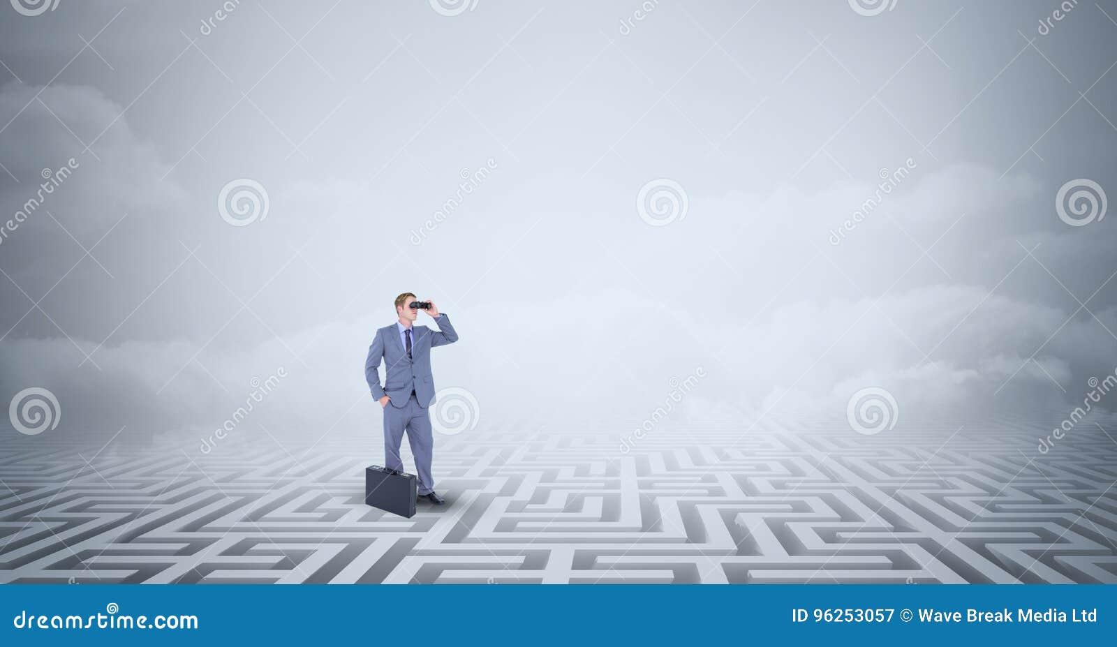 Geschäftsmann mit Aktenkofferstellung verloren im Labyrinth