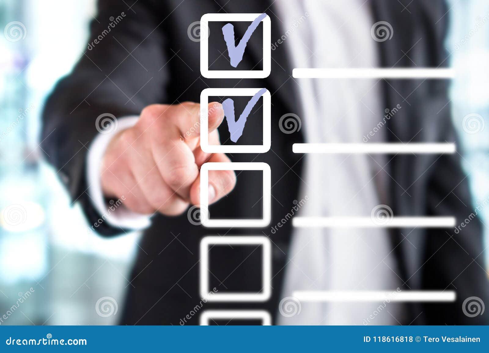 Geschäftsmann mit Checkliste und Liste tun