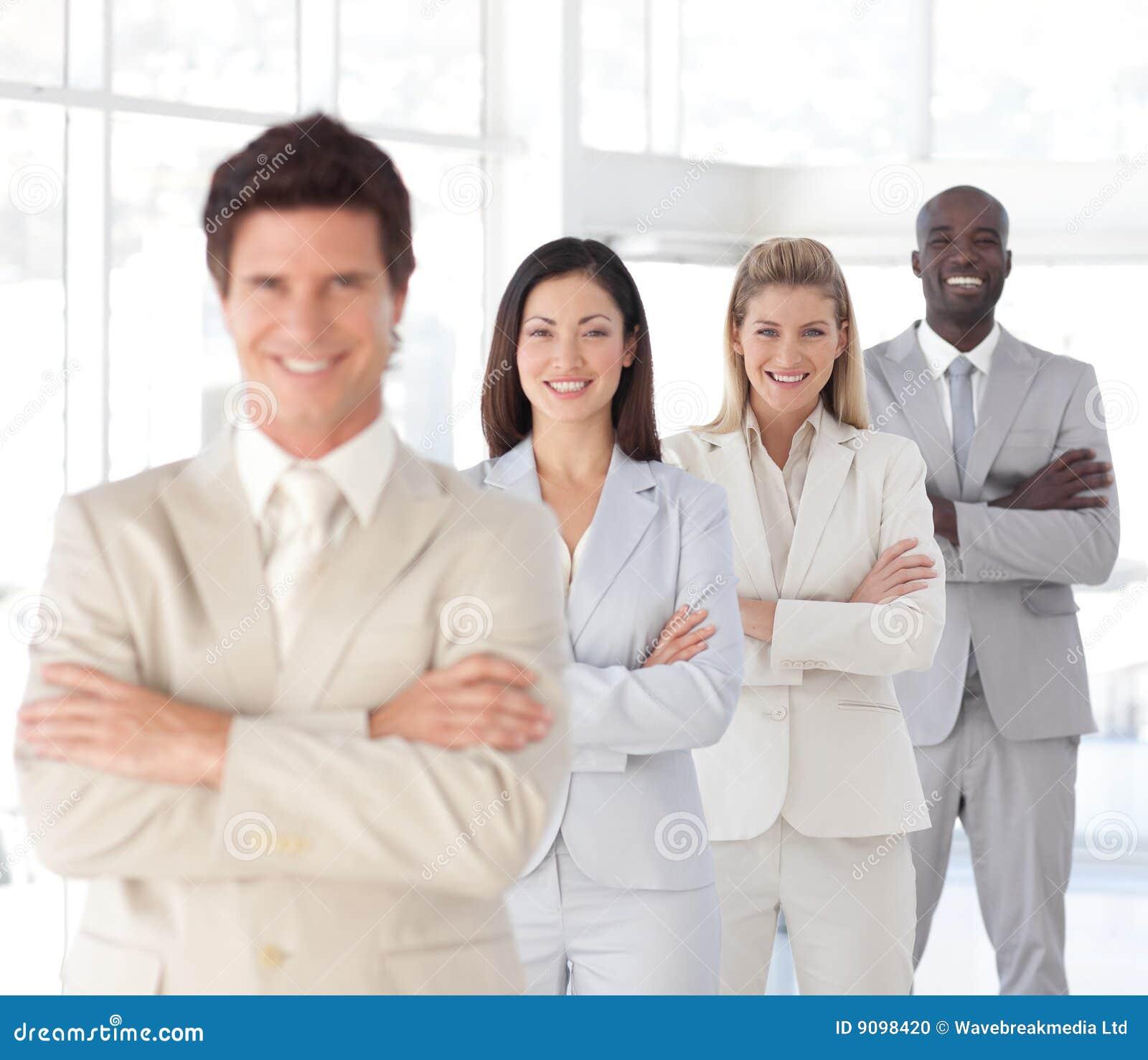 Geschäftsmann mit den Armen faltete sich mit Geschäfts-Team