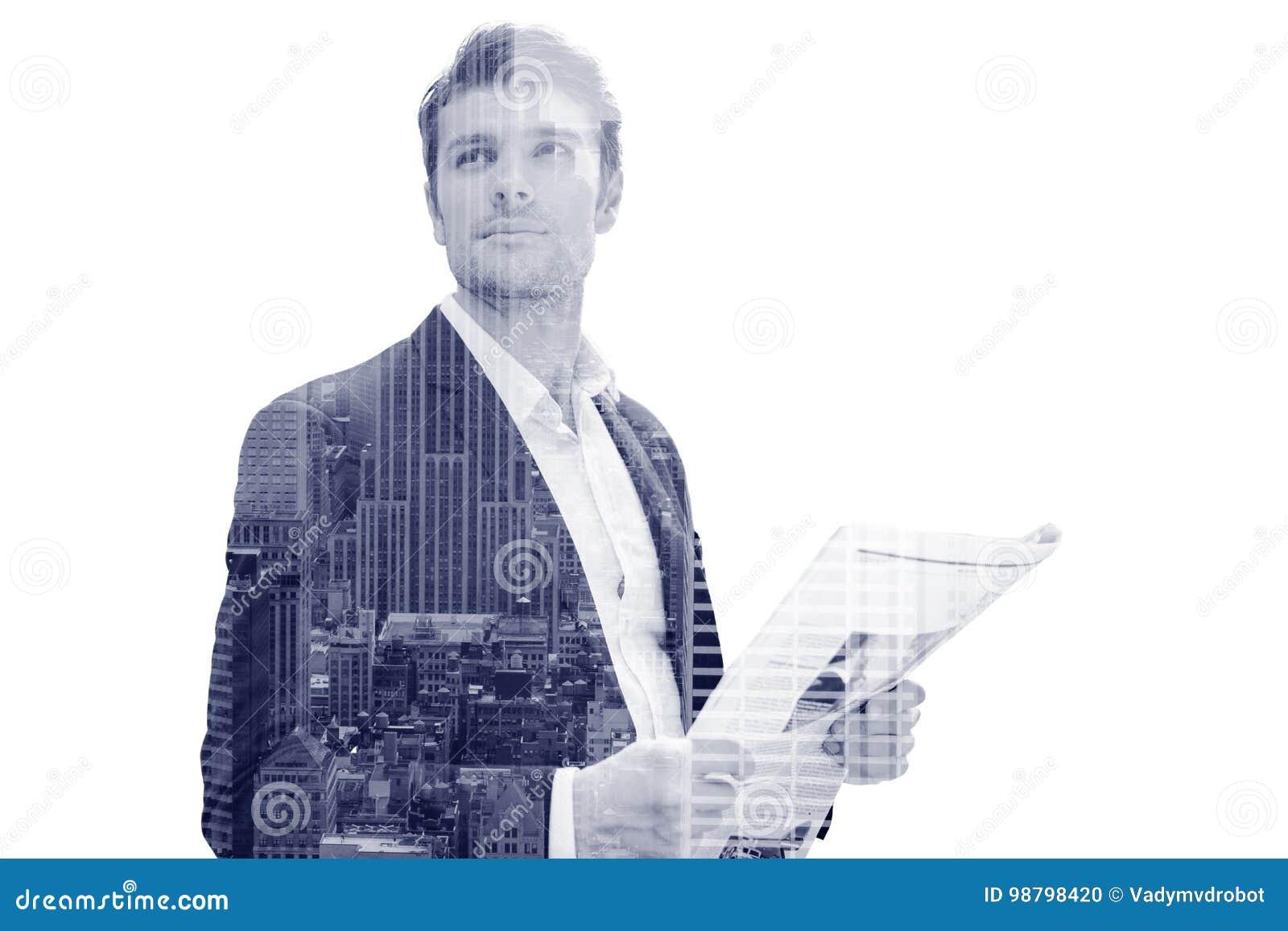 Geschäftsmann mit der Zeitung, die auf der Straße steht