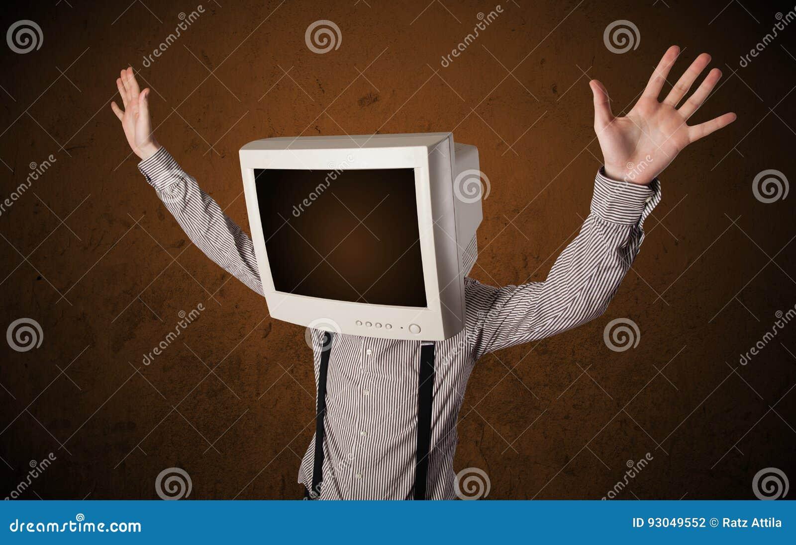 Geschäftsmann mit einem Monitor auf seinem Kopf und braunen leeren Raum