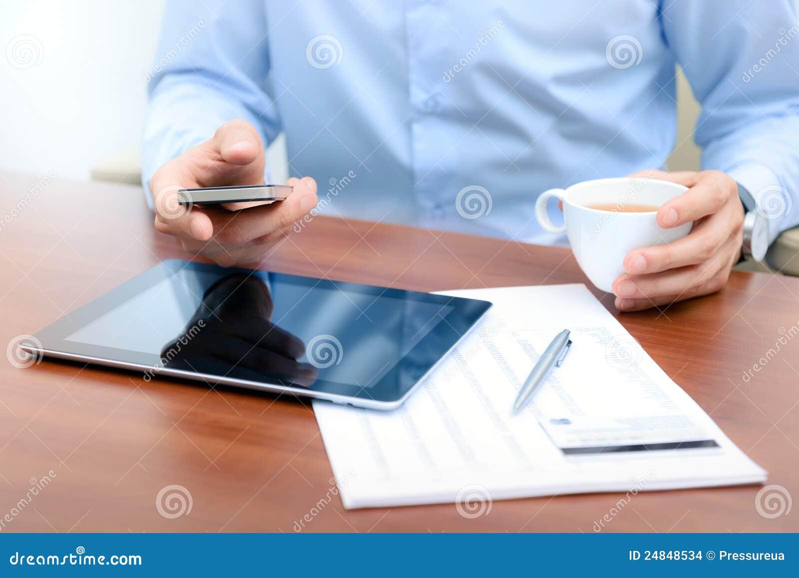 Geschäftsmann mit Handykommunikation