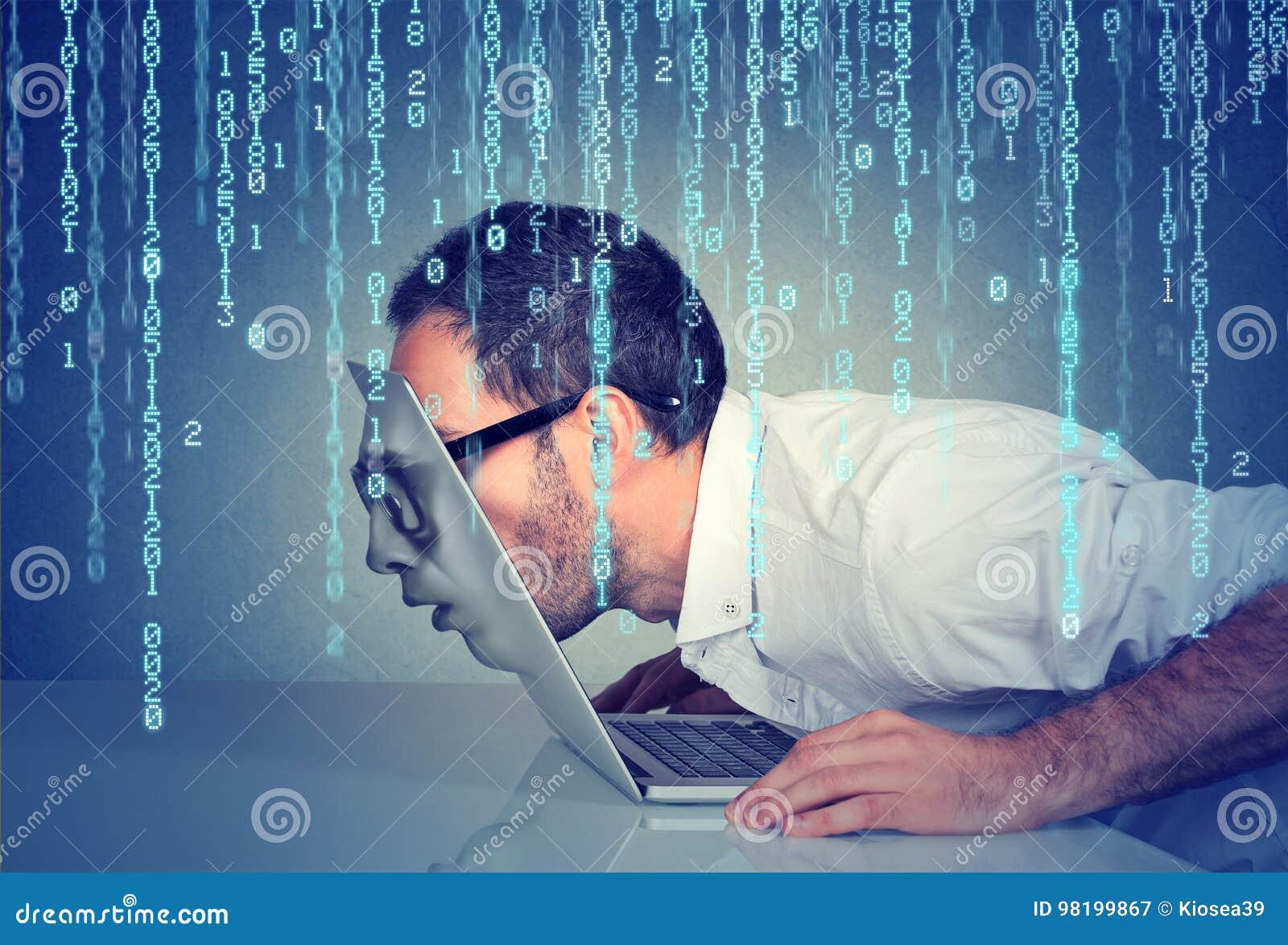 Geschäftsmann mit seinem Gesicht, das durch den Schirm eines Laptops auf binär Code-Hintergrund überschreitet