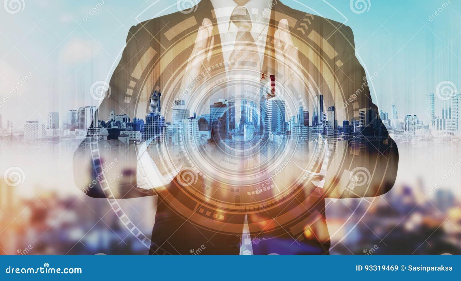 Geschäftsmann mit Stadthologramm und futuristischer Technologie futuristische Schöpfergeschäftstechnologie