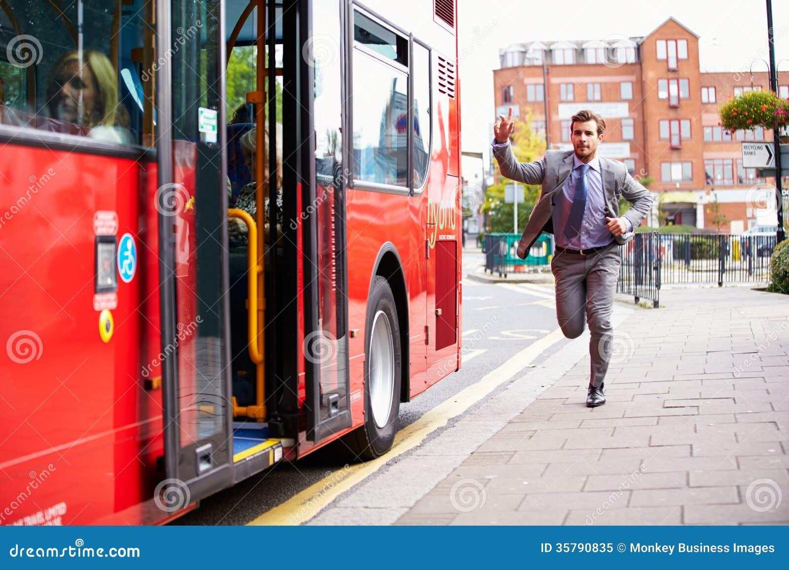 Geschäftsmann-Running To Catch-Bushaltestelle