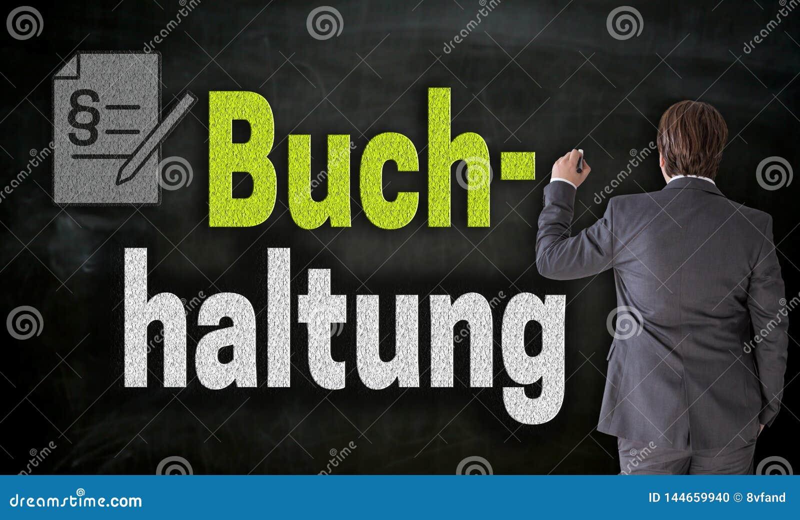 Geschäftsmann schreibt mit Kreide Buchhaltung in deutsche Buchhaltung auf Tafel