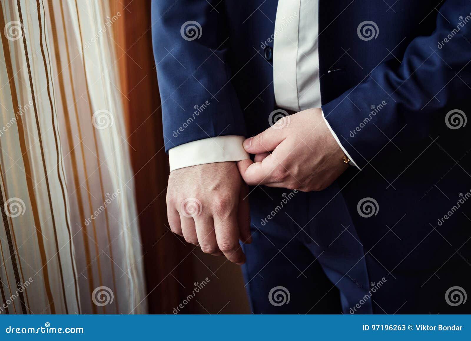 Geschäftsmann trägt eine Jacke Scharfes gekleidetes fashionist tragendes jac