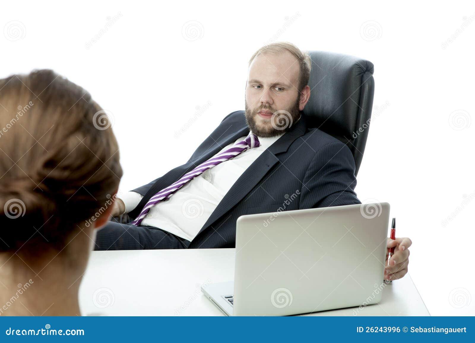 Geschäftsmann und Frau am Schreibtisch ignorieren