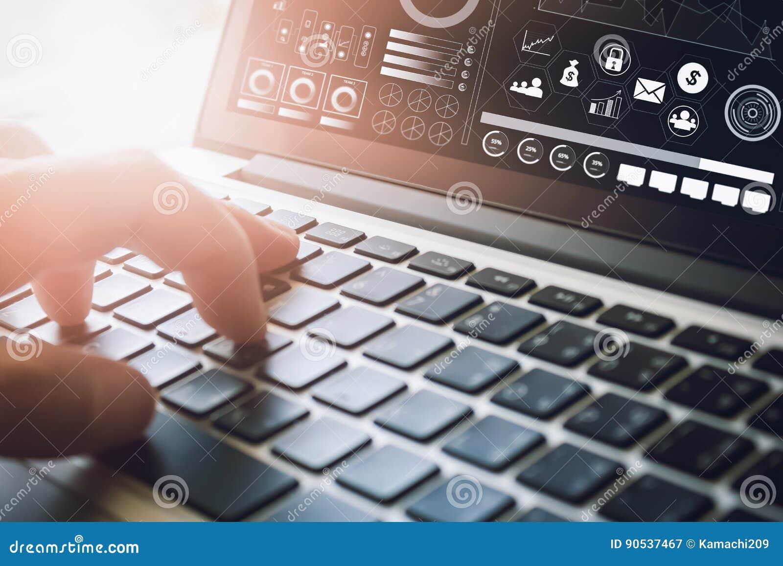 Geschäftsmann unter Verwendung der Laptop-Computers auf Schreibtisch Konzept, das online arbeitet Weinlese-Effekt