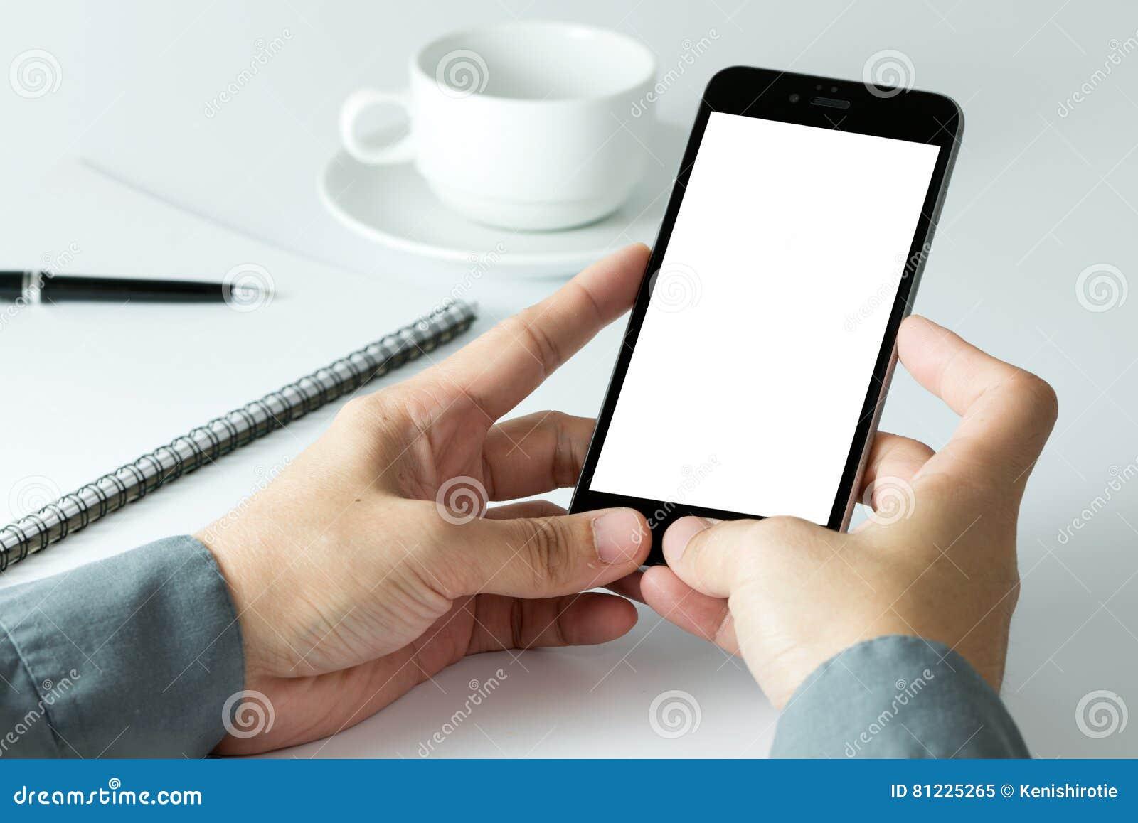 Geschäftsmann unter Verwendung des intelligenten Telefons