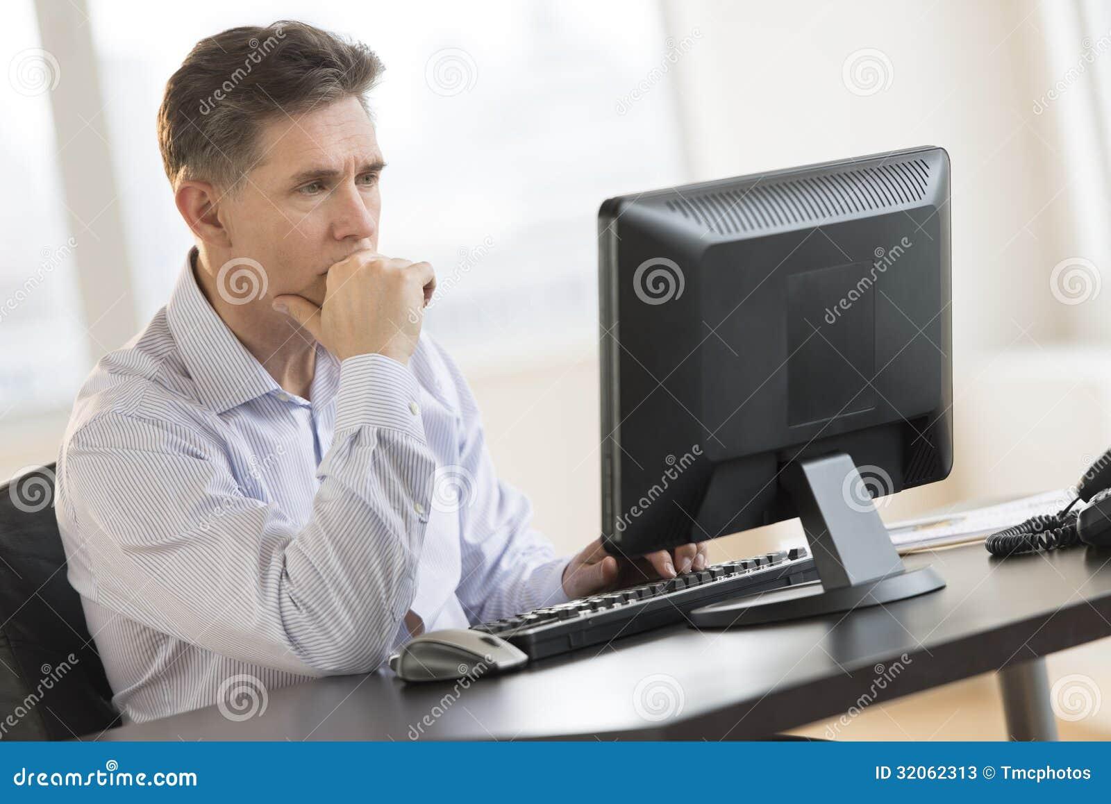 Geschaftsmann Working On Desktop Pc Im Buro Stockbild Bild Von