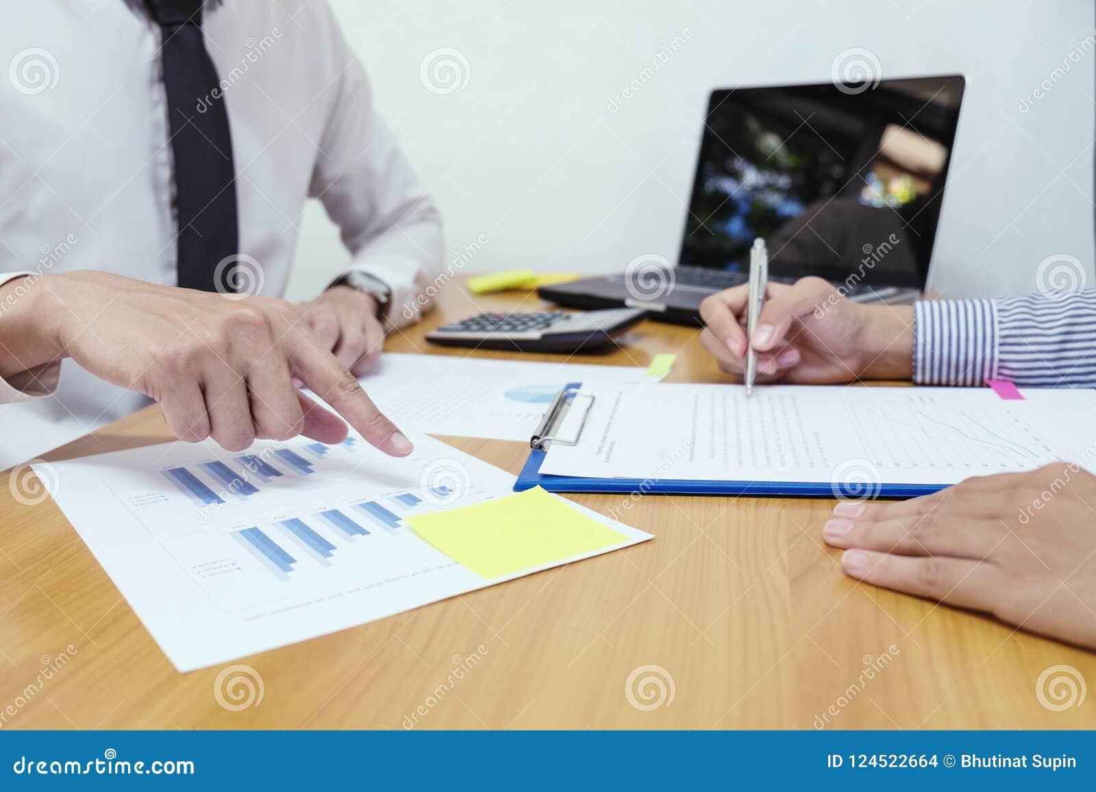 Geschäftsmannanalyse auf Datenpapier mit Geschäftsfrau auf Holz