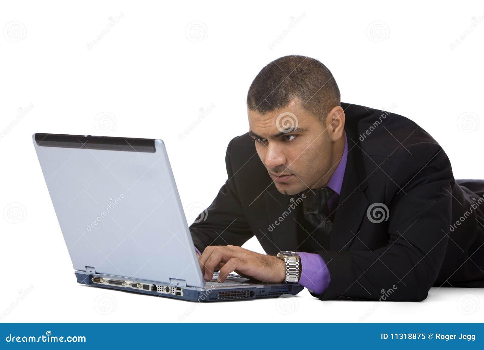 Geschäftsmannarbeiten konzentriert auf Laptop