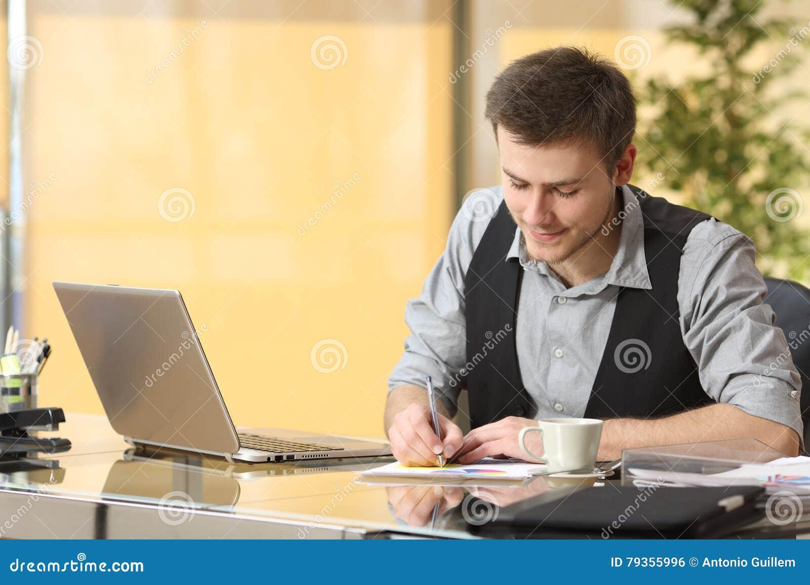 Geschäftsmannarbeitsschreibensanmerkungen im Büro