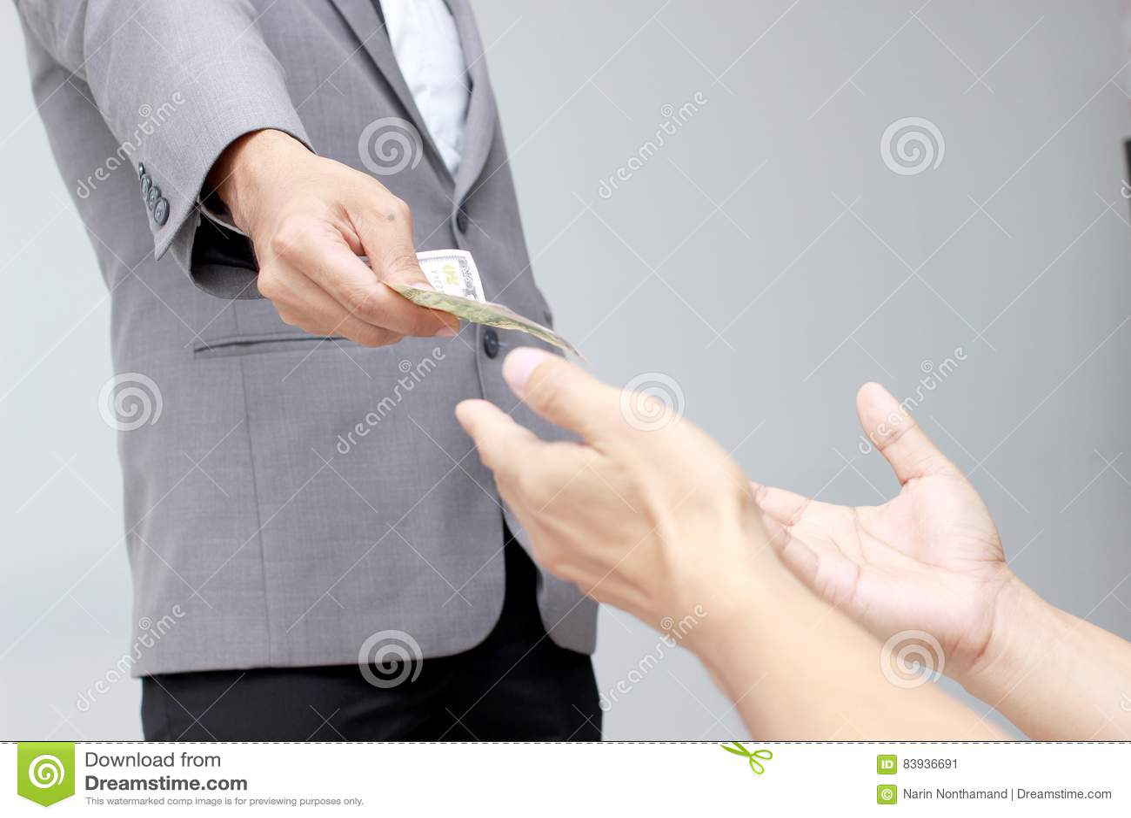 Geschäftsmannhand, die US-Dollar, USD hält Rechnungen, Angebotdollar-Banknotengeld und Gebengeld zahlten für etwas in bar in Busi