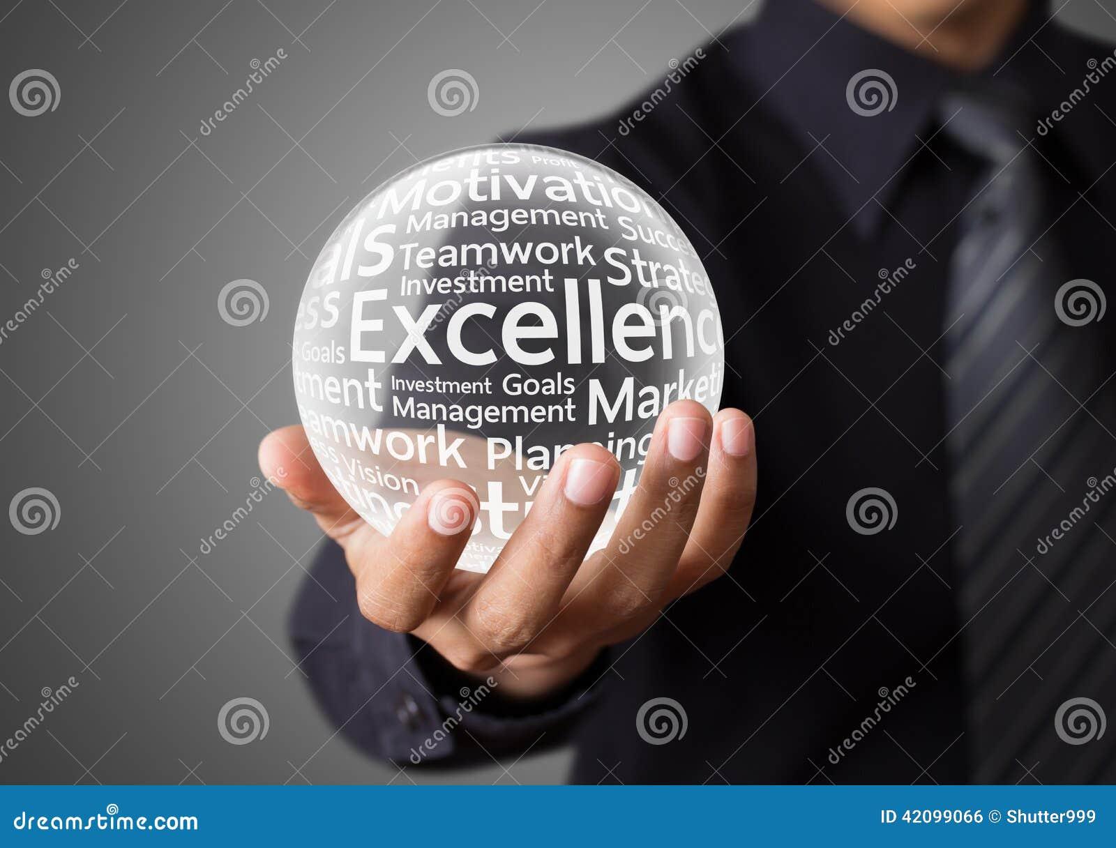 Geschäftsmannhand, die Wort der hervorragenden Leistung zeigt