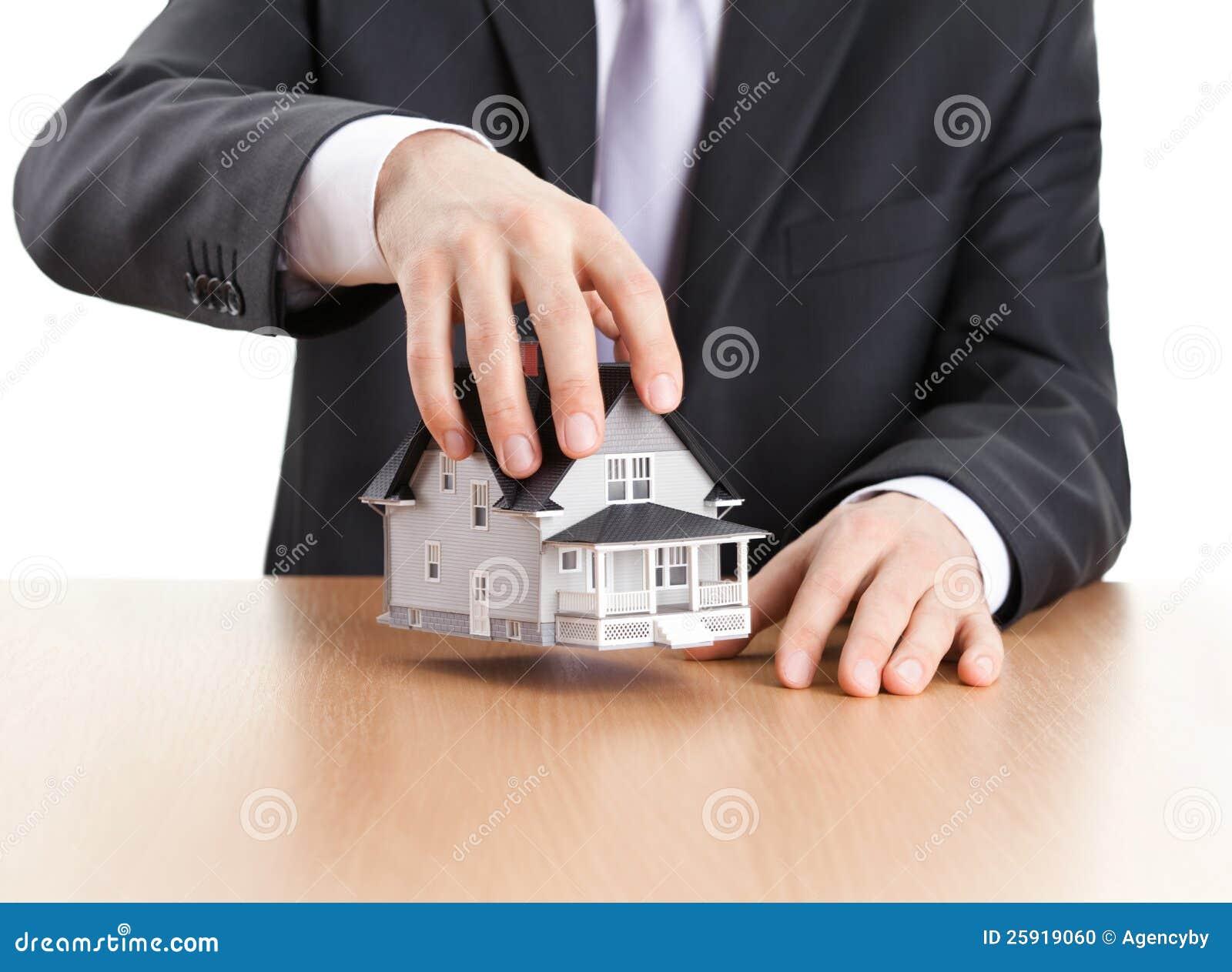 Geschäftsmannholding-Haus-Architekturbaumuster