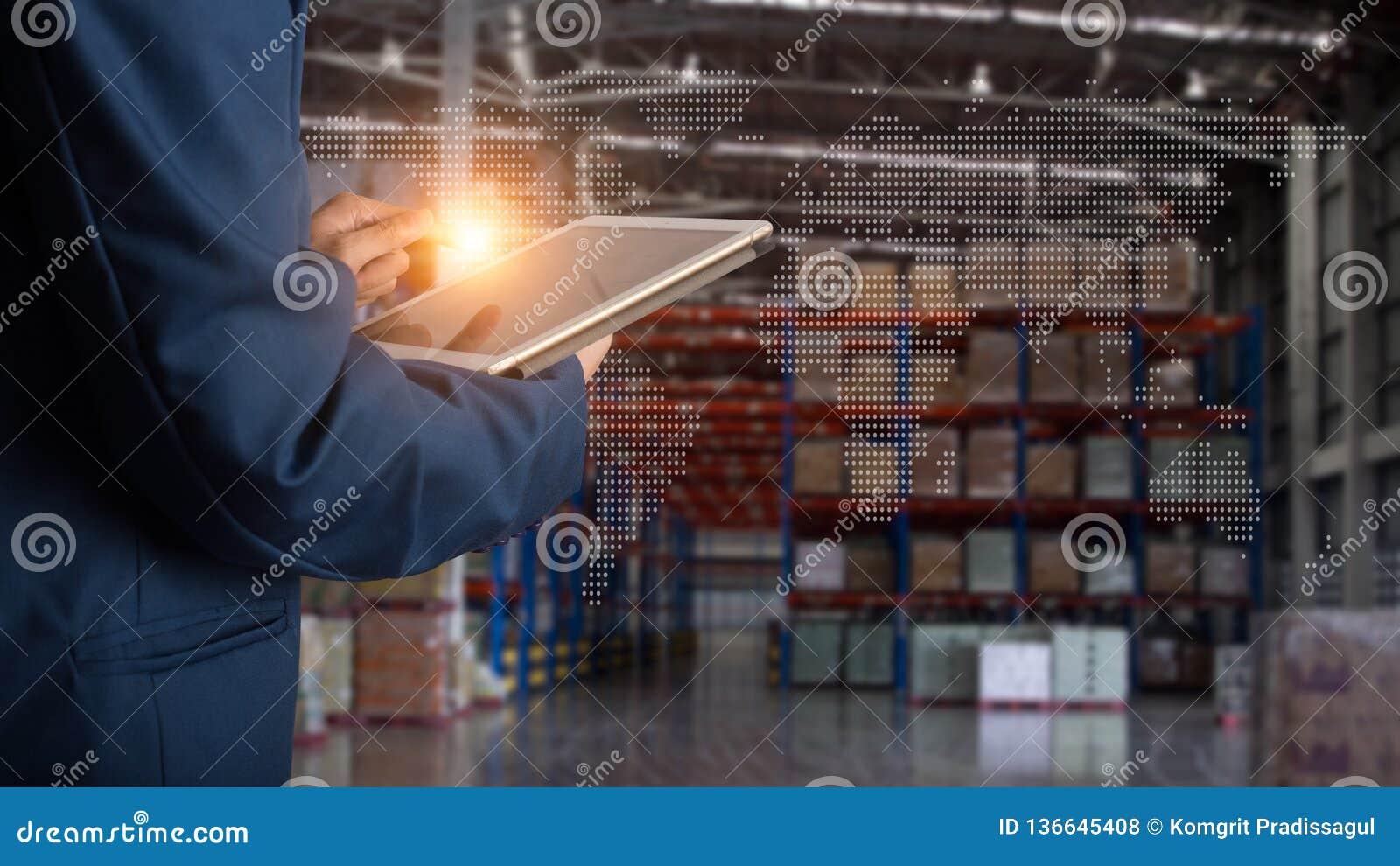 Geschäftsmannmanager, der Tablettenkontrolle und -steuerung für Arbeitskräfte mit modernen Geschäftslagerlogistik verwendet