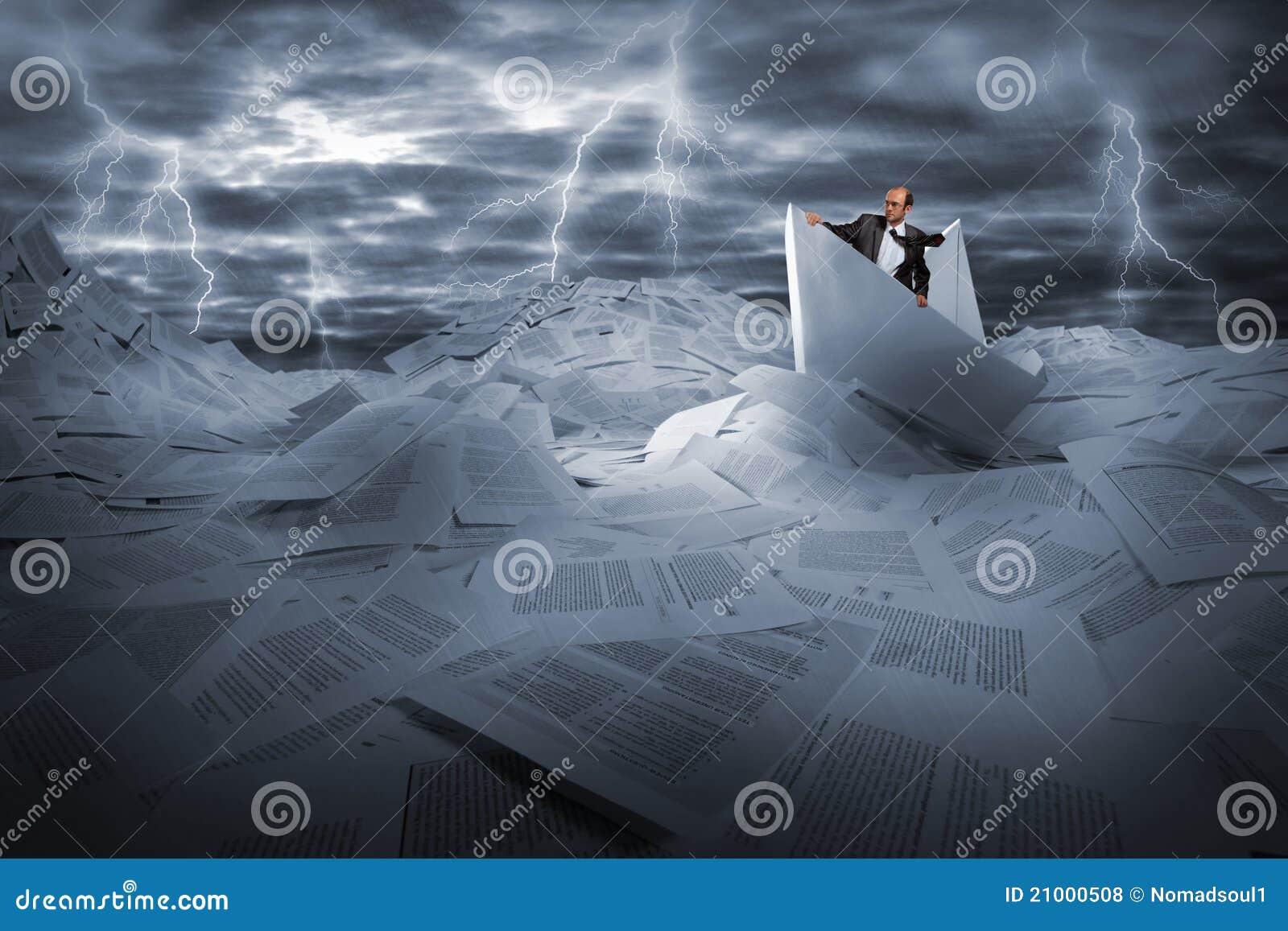 Geschäftsmannsegeln im stürmischen Papiermeer