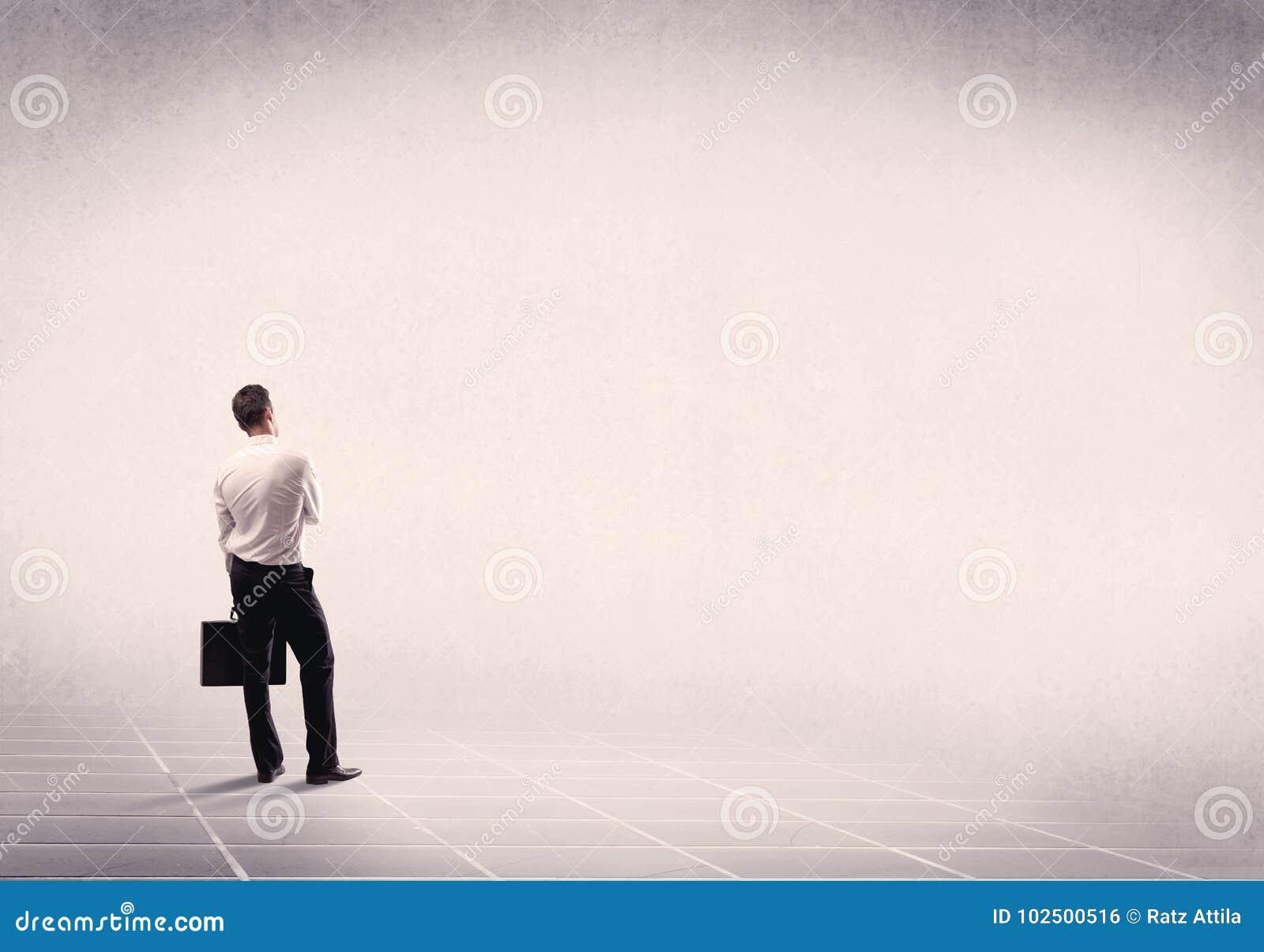 Geschäftsperson, die im leeren Raum steht