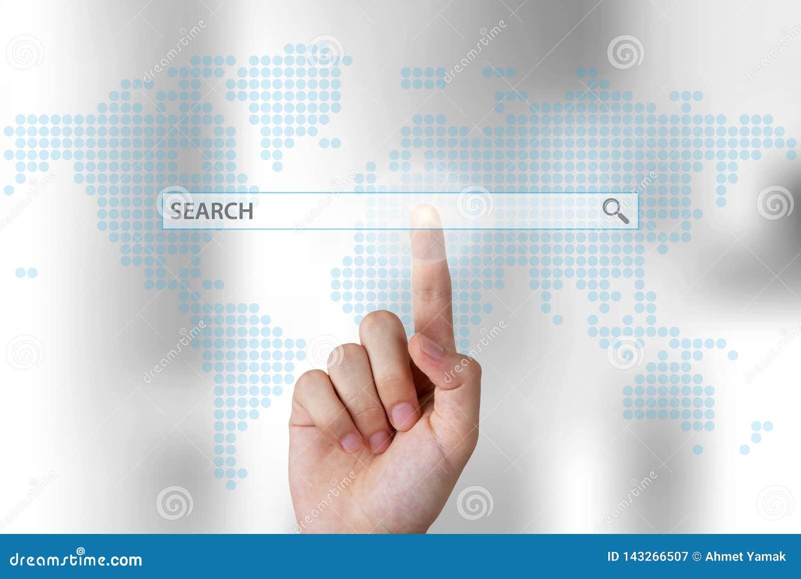 Geschäftsperson, die Suchstange auf Touch Screen von Hand eindrückt