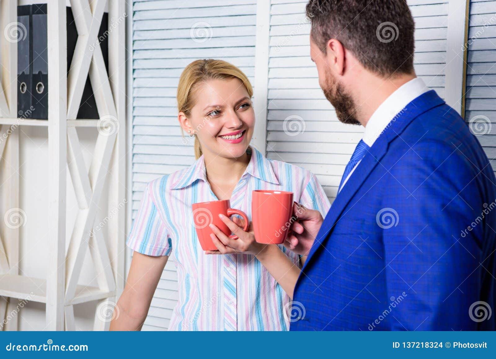 Geschäftsteam, das Kaffeepause, Diskussion spricht am Bürokonzept hat Pausengeschäft Treffen des Kaffees