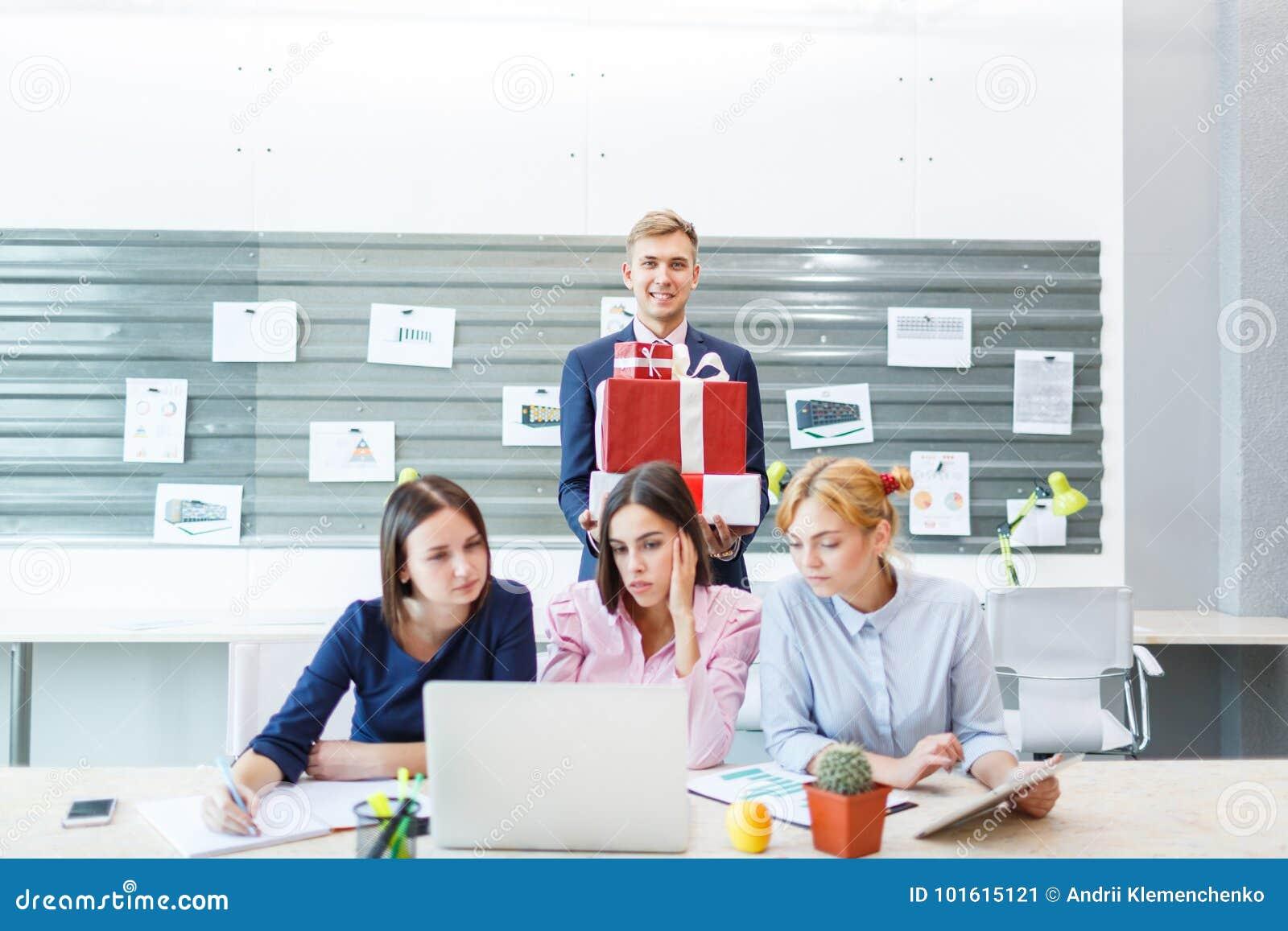 Geschäftsteam in einem modernen hellen Büroinnenraum bei der Arbeit über einen Laptop