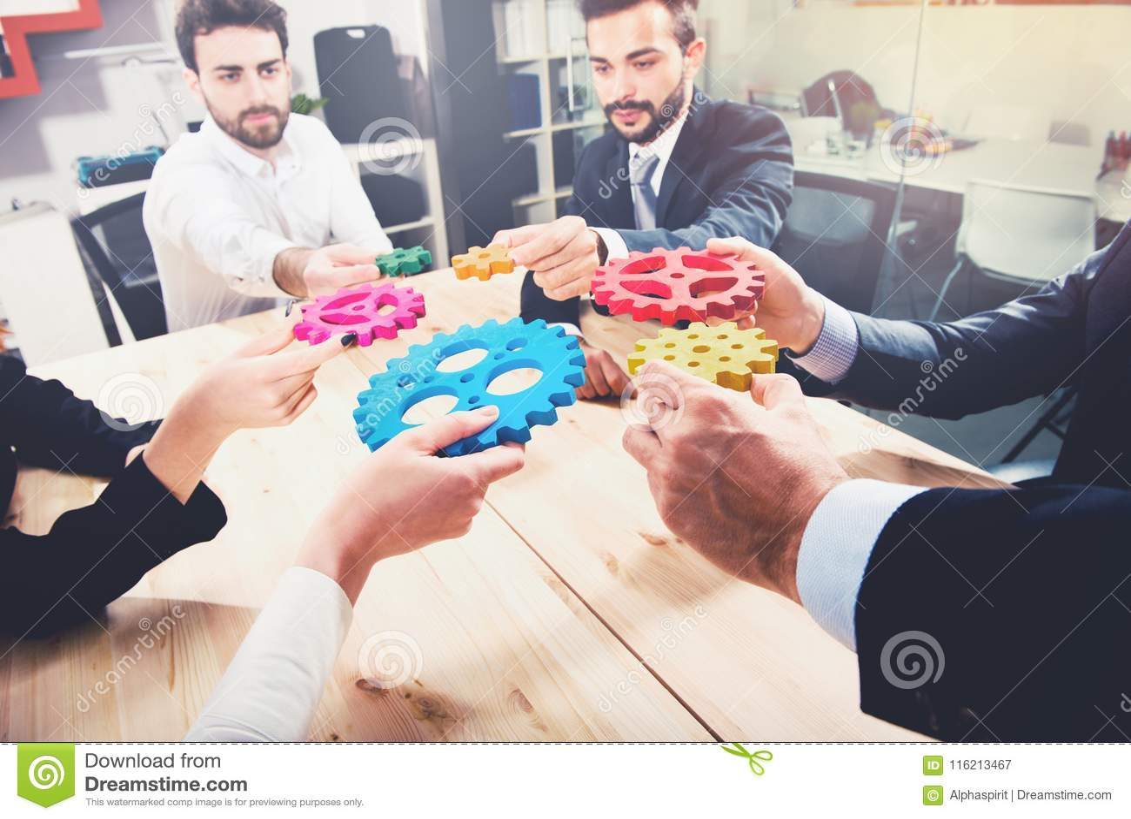 Geschäftsteam schließen Stücke Gänge an Teamwork, Partnerschaft und Integrationskonzept