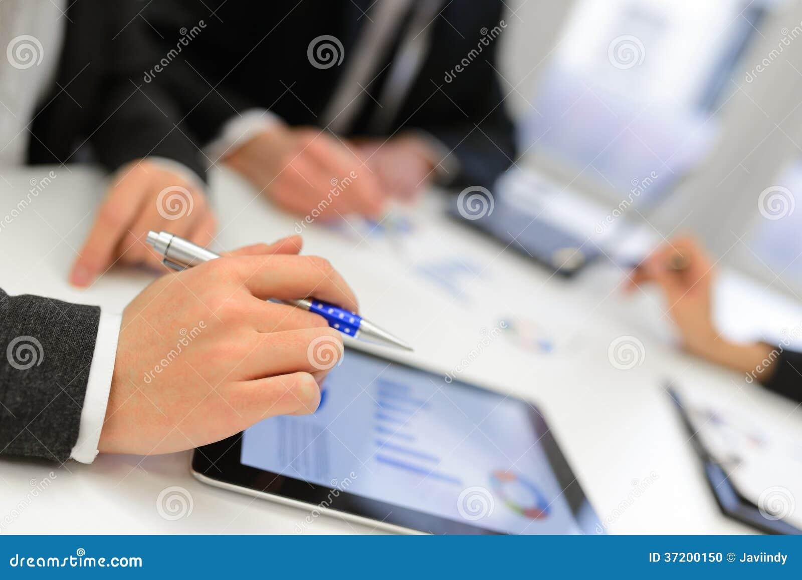 Unter verwendung des tablet computers zum mit finanzdaten zu arbeiten