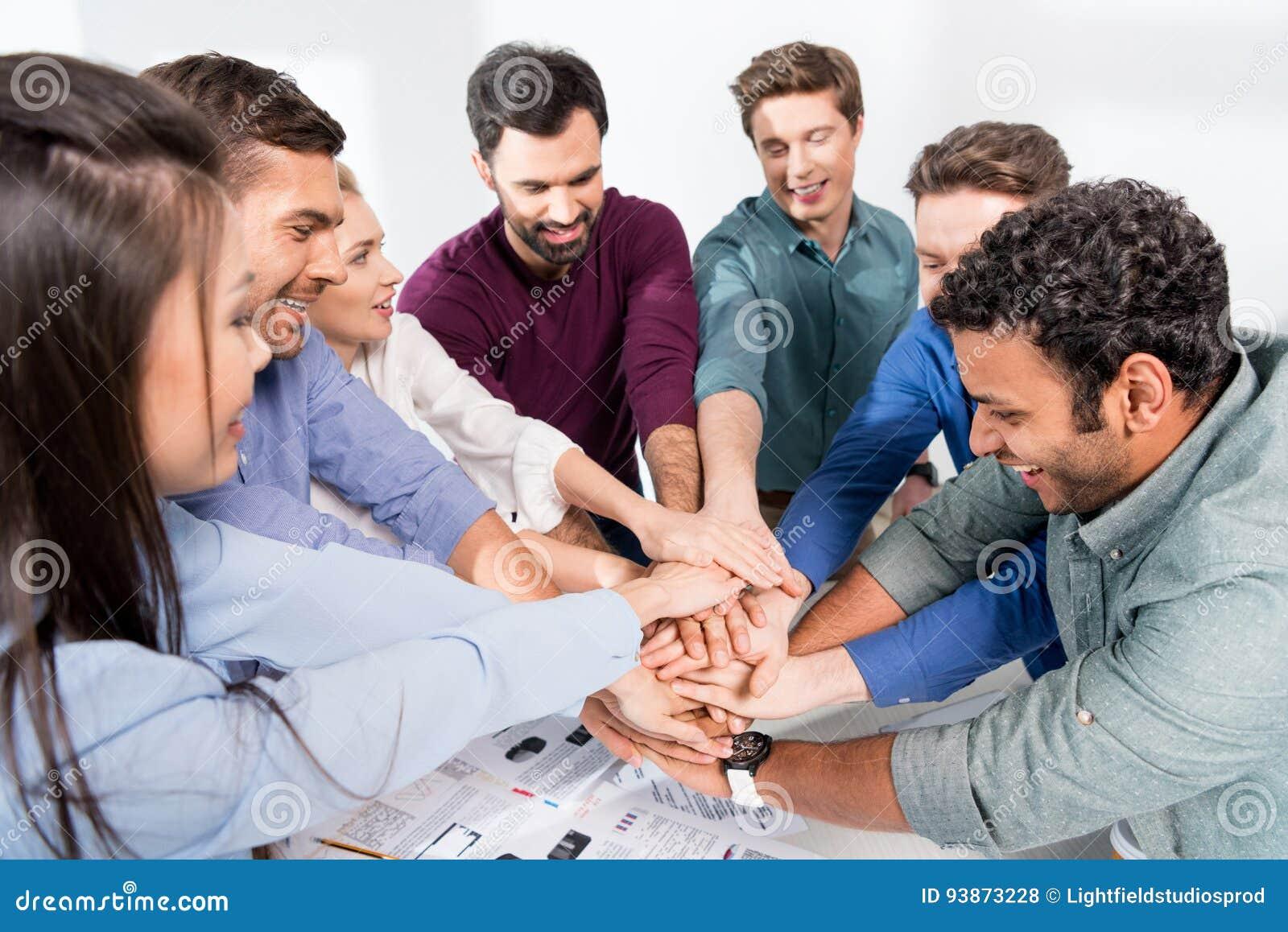 Geschäftsteamgeben highfive zusammen auf Arbeitsplatz im Büro
