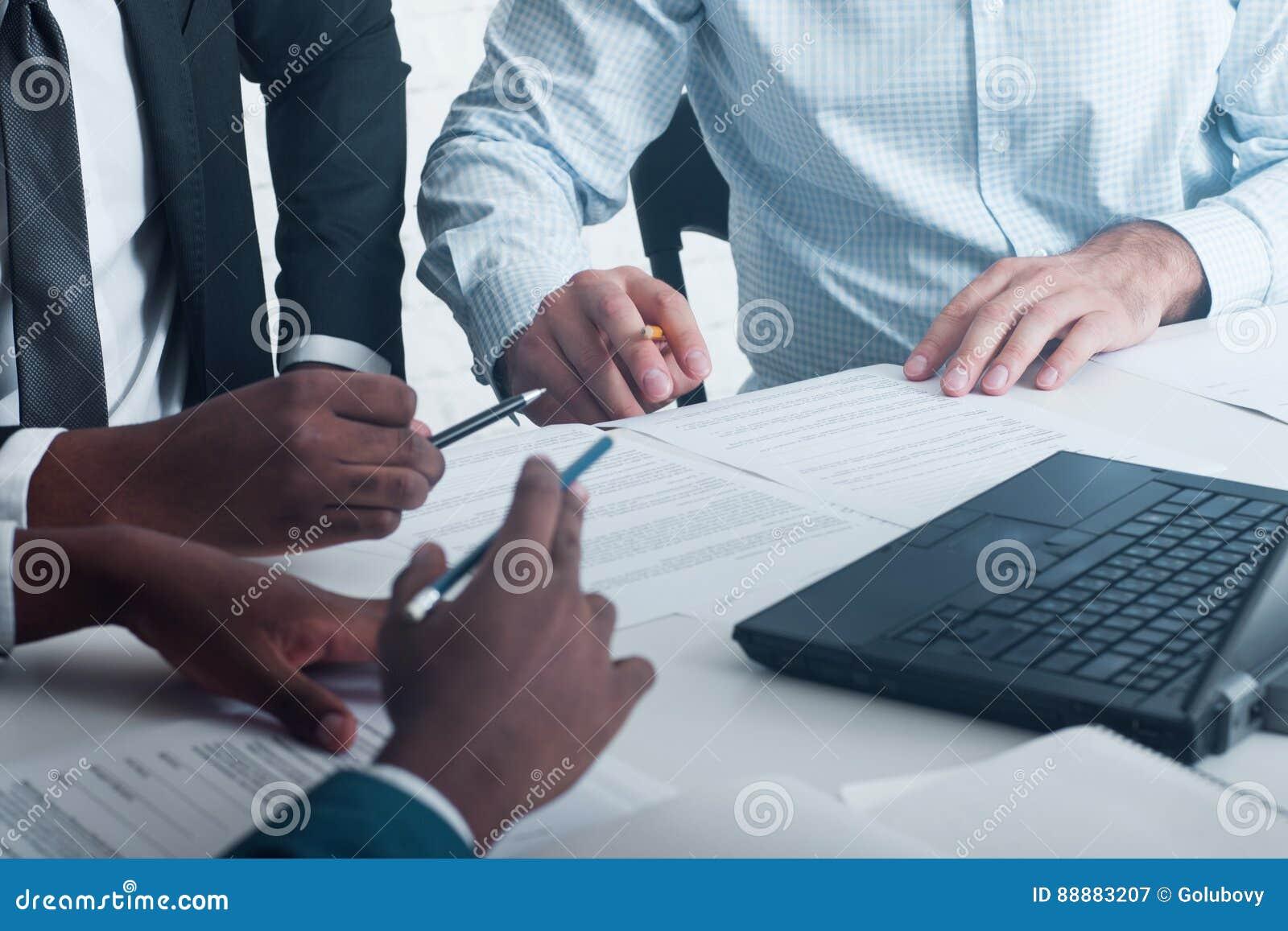 Geschäftstreffen, unterzeichnende Dokumente und Verträge