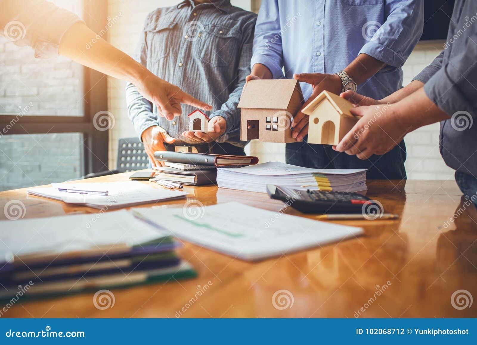 Geschäftstreffen von Immobilienmaklern