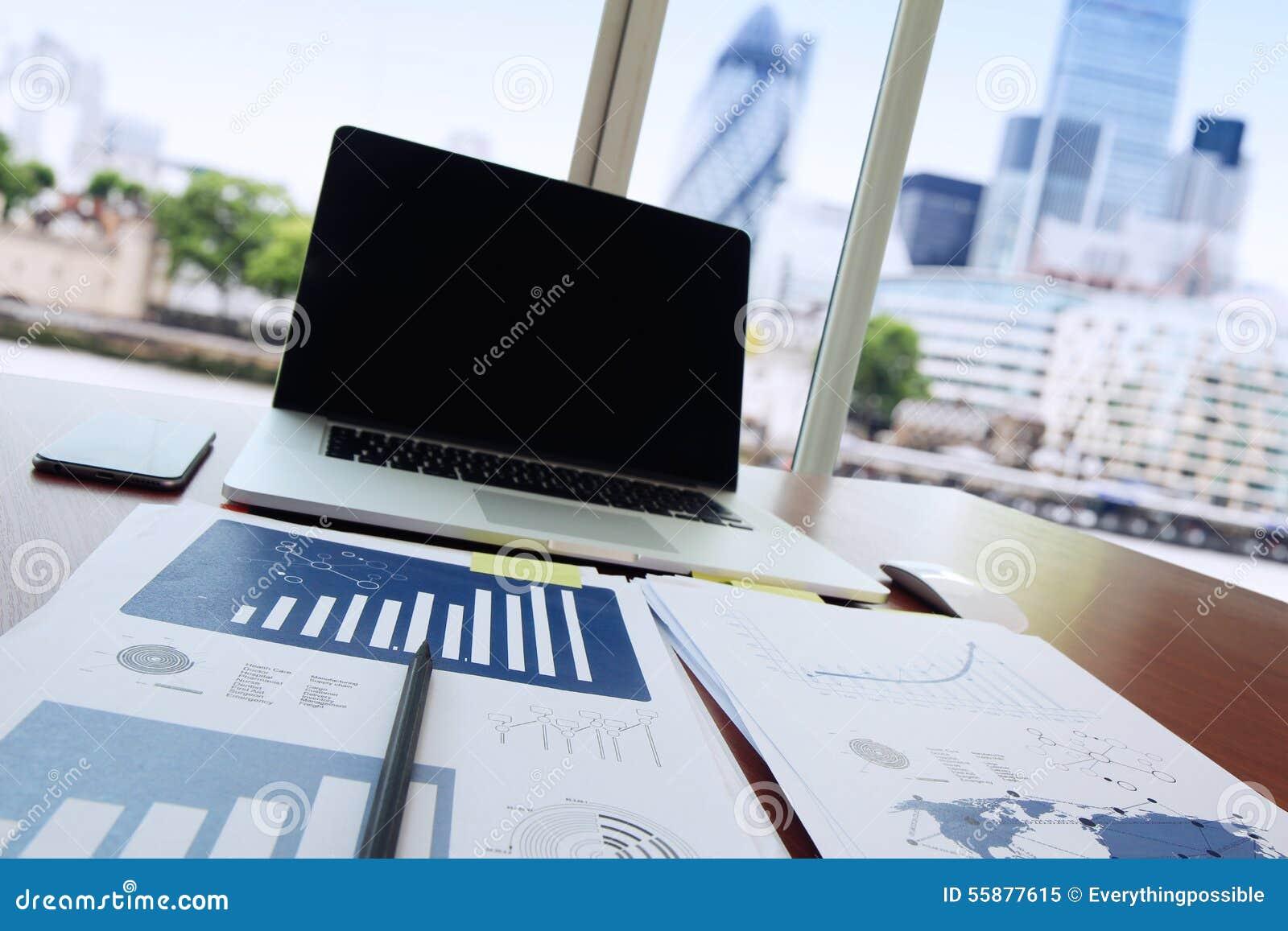 Geschäftsunterlagen auf Bürotisch mit Stift und digitaler Tablette