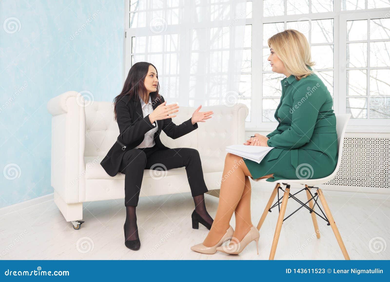 Gesch?ftsfrau mit Nervenzusammenbruch spricht mit dem Psychologen, der Kenntnisse nimmt
