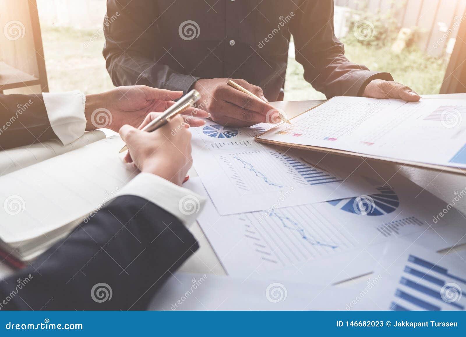 Gesch?ftsleute, die Planungsbudget und Kosten, Strategie-Analyse-Konzept decken