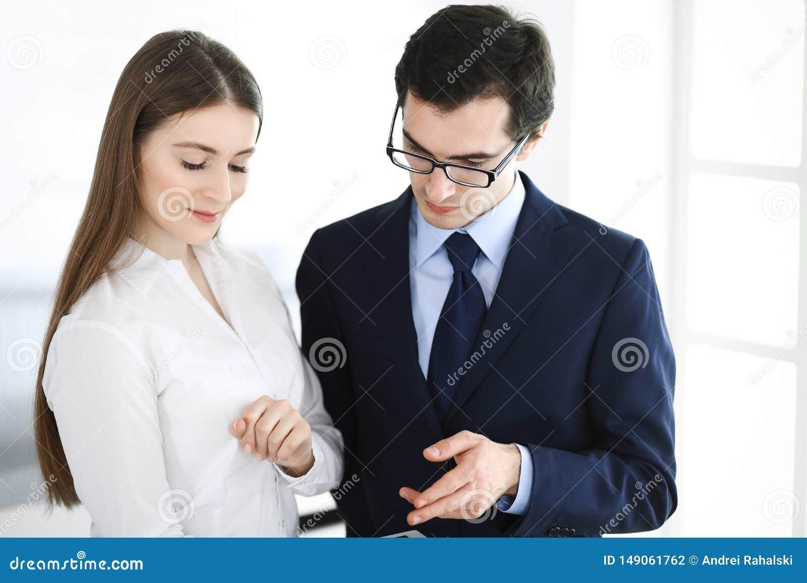 Gesch?ftsm?nner und Frau, die Tablet-Computer im modernen B?ro verwendet Kollegen oder Unternehmensmanager am Arbeitsplatz partne