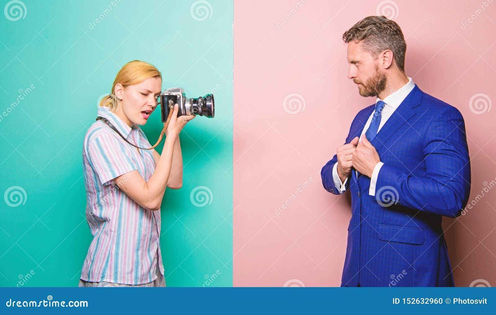 Gesch?ftsmann genie?en Sternmoment Paparazzikonzept Photosession f?r Handelszeitung H?bscher Gesch?ftsmann, der Kamera aufwirft