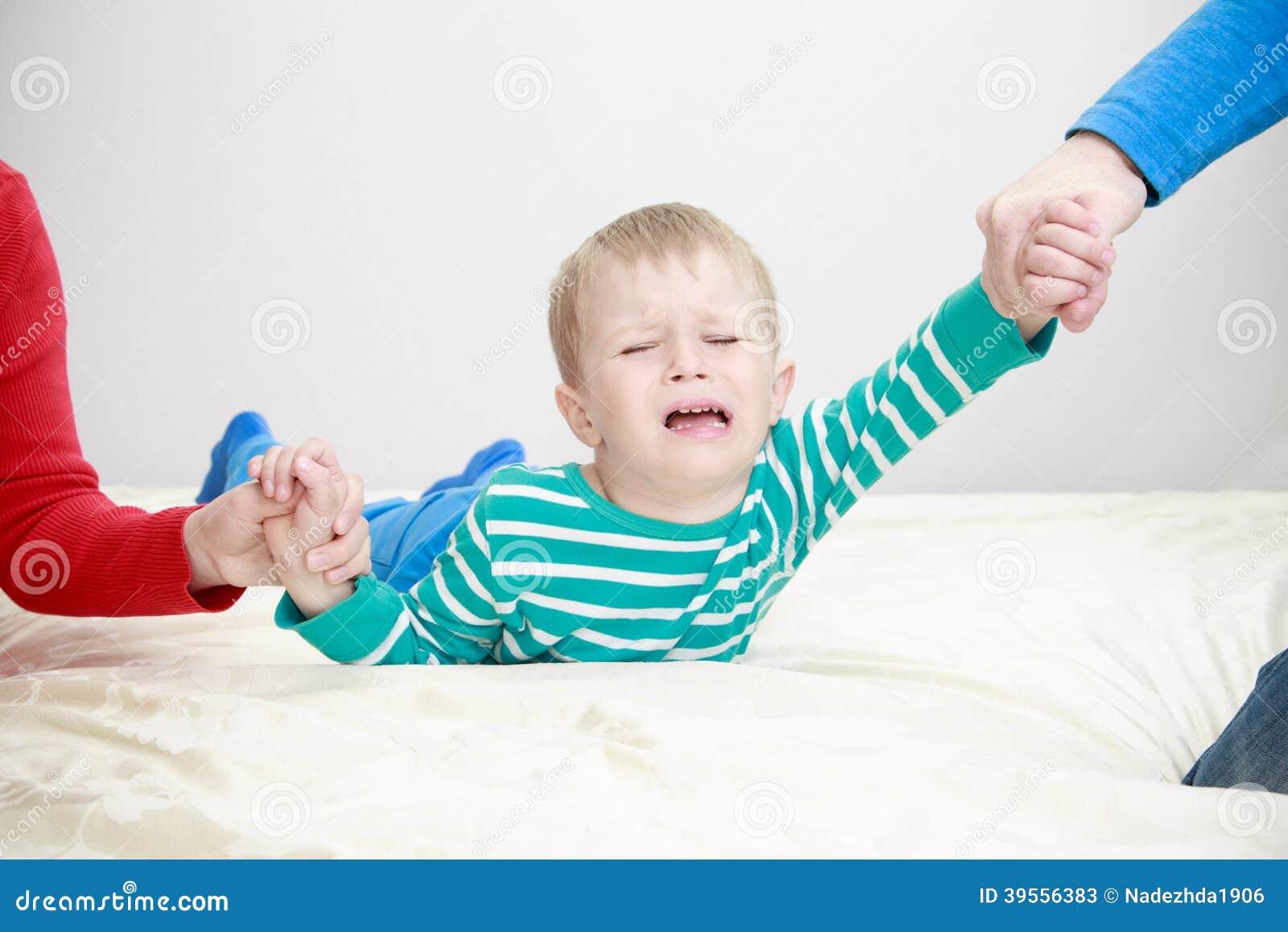Gescheiden ouders die droevig kind houden