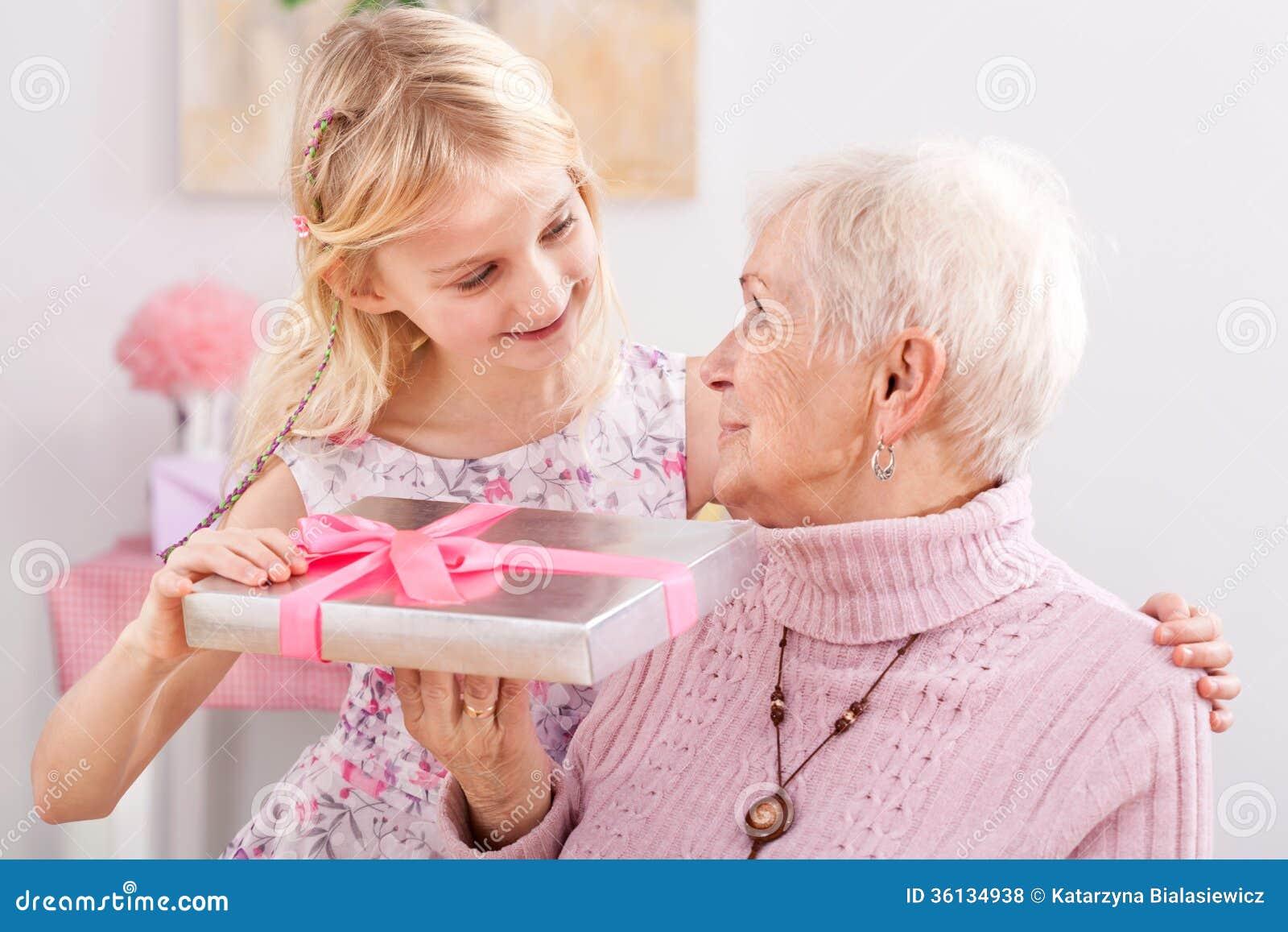 Geschenk für Großmutter stockfoto. Bild von familie, feier - 36134938