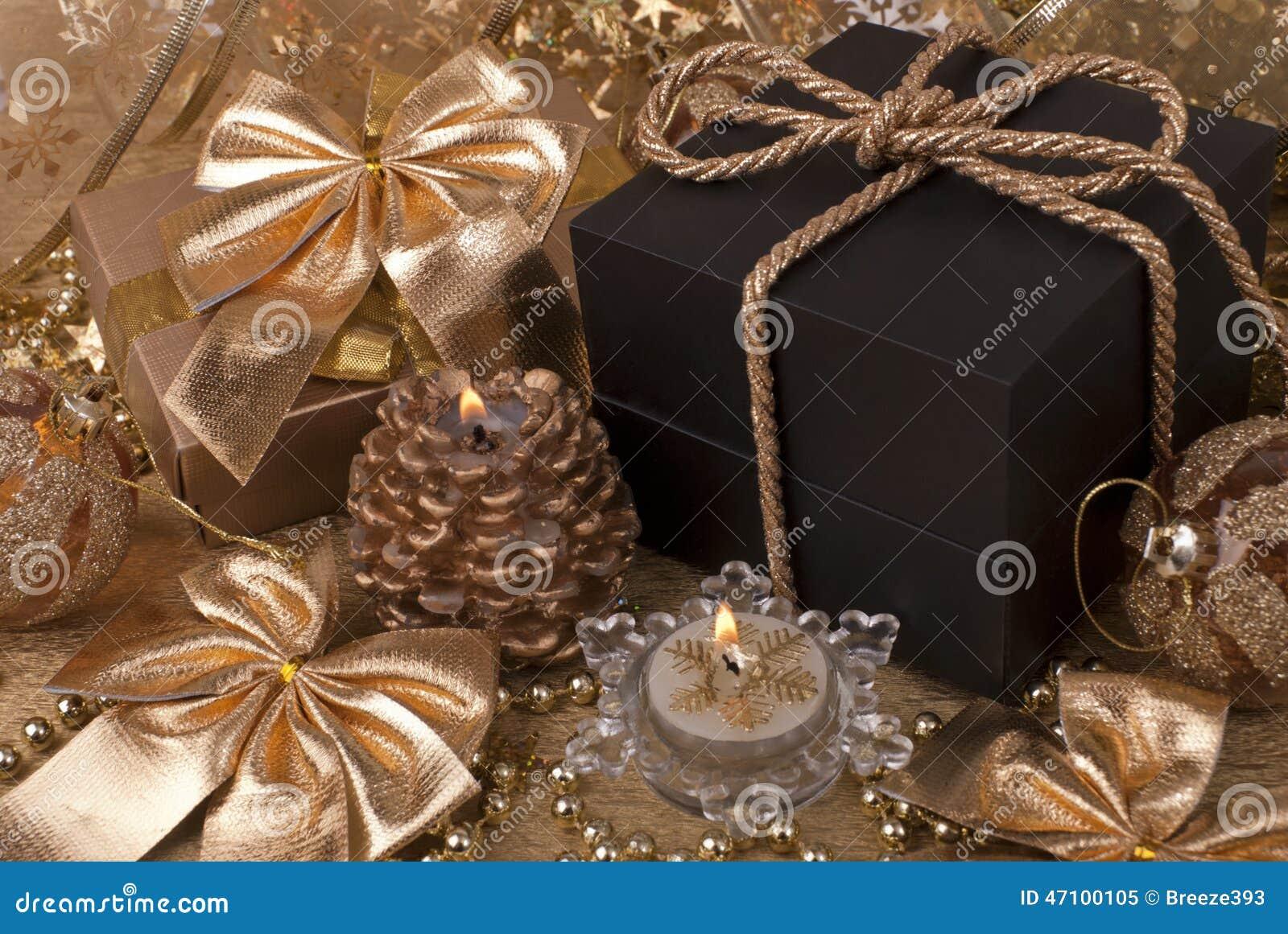 Geschenk, Kerzen, Bälle des neuen Jahres
